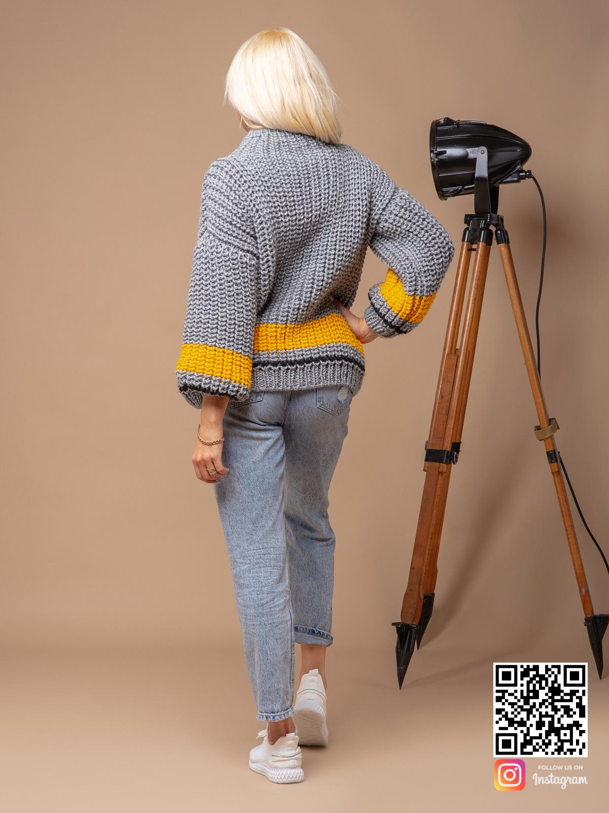 На четвертой фотографии теплый женский свитер серого цвета с воротником от Shapar, бренда вязаной одежды ручной работы в интернет-магазине связанных спицами вещей.