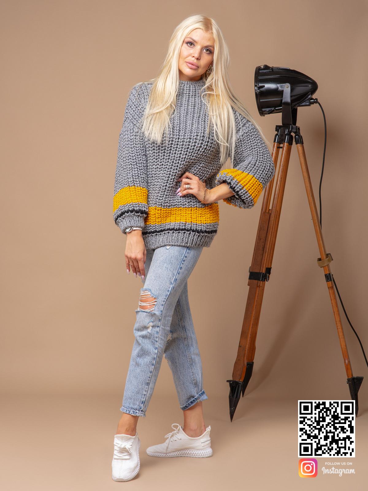 На третьей фотографии женский свитер серого цвета с желтой полосой от Shapar, бренда вязаной одежды ручной работы в интернет-магазине связанных спицами вещей.