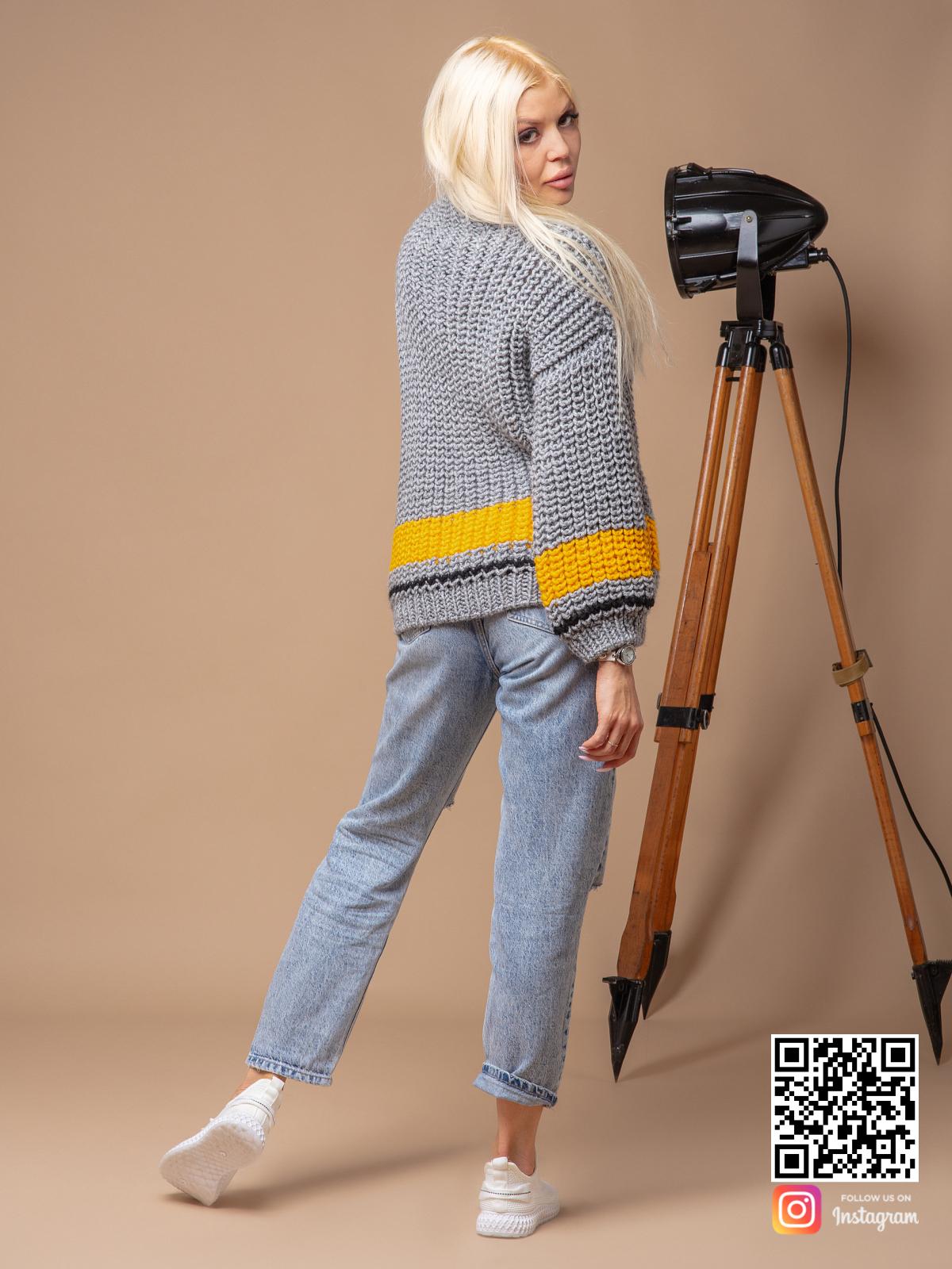 На второй фотографии женский свитер серого цвета со спины от Shapar, бренда вязаной одежды ручной работы в интернет-магазине связанных спицами вещей.