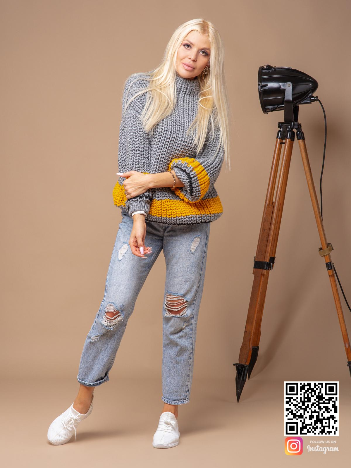 На фотографии женский свитер серого цвета от Shapar, бренда вязаной одежды ручной работы в интернет-магазине связанных спицами вещей.