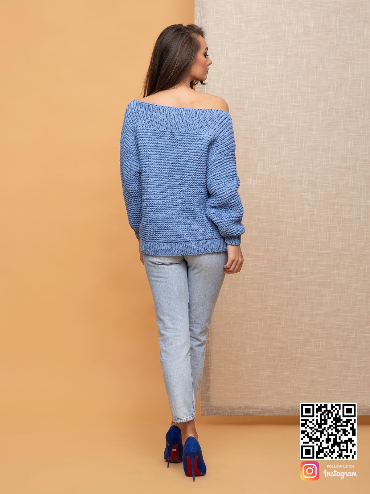 На второй фотографии женский свитер со спущенным плечом со спины от Shapar, бренда вязаной одежды ручной работы в интернет-магазине связанных спицами вещей.