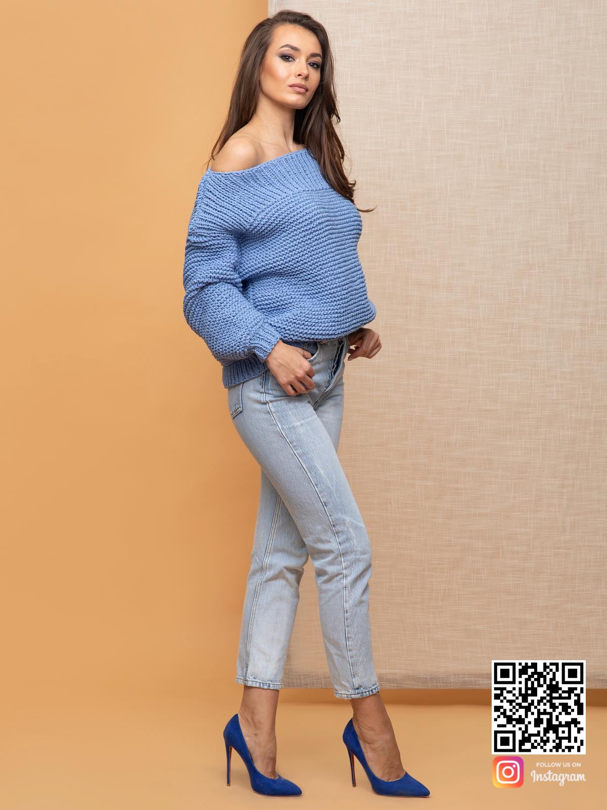 На третьей фотографии женский свитер со спущенным плечом голубого цвета от Shapar, бренда вязаной одежды ручной работы в интернет-магазине связанных спицами вещей.