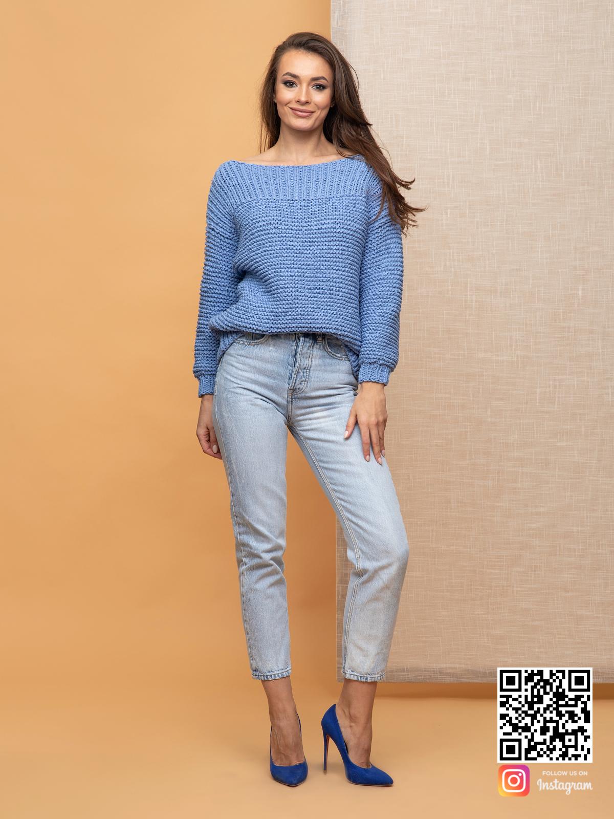 На четвертой фотографии женский свитер со спущенным плечом из хлопка от Shapar, бренда вязаной одежды ручной работы в интернет-магазине связанных спицами вещей.