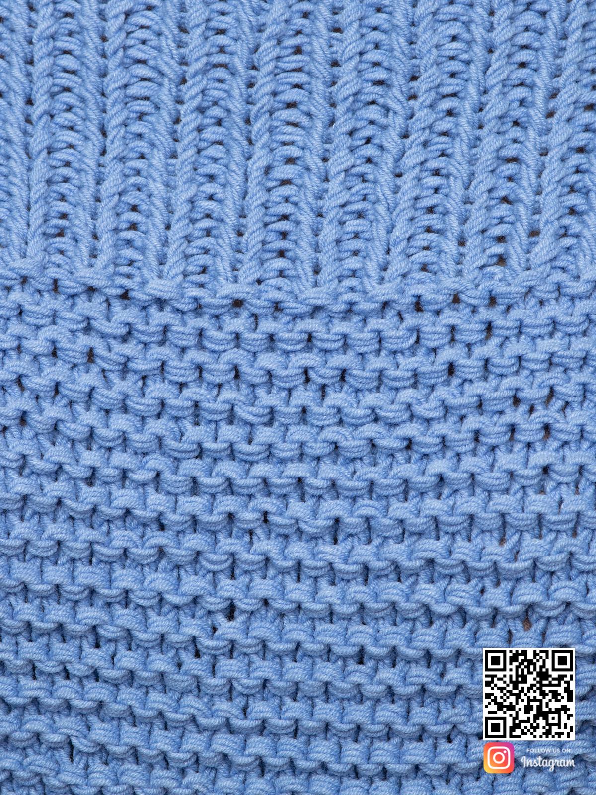 На пятой фотографии женский свитер со спущенным плечом крупным планом от Shapar, бренда вязаной одежды ручной работы в интернет-магазине связанных спицами вещей.