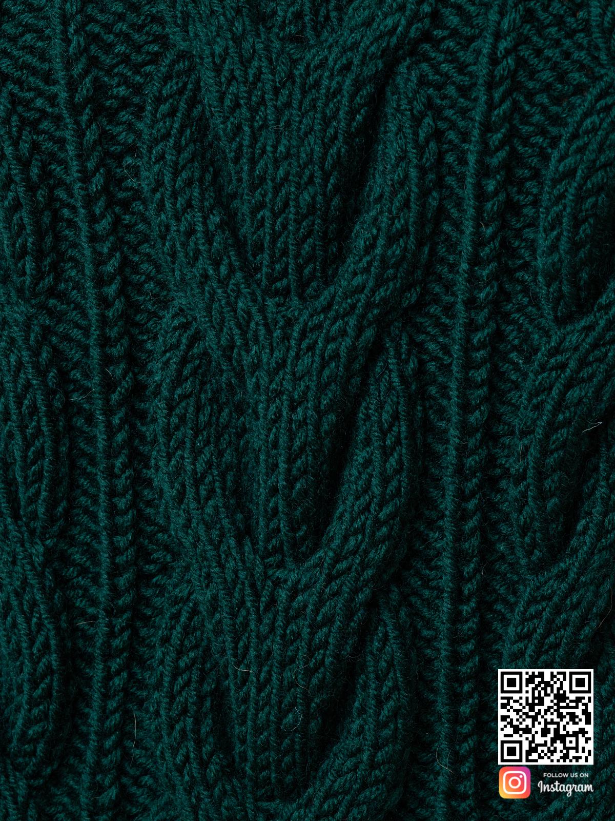 На седьмой фотографии женский свитер зеленого цвета крупным планом от Shapar, бренда вязаной одежды ручной работы в интернет-магазине связанных спицами вещей.