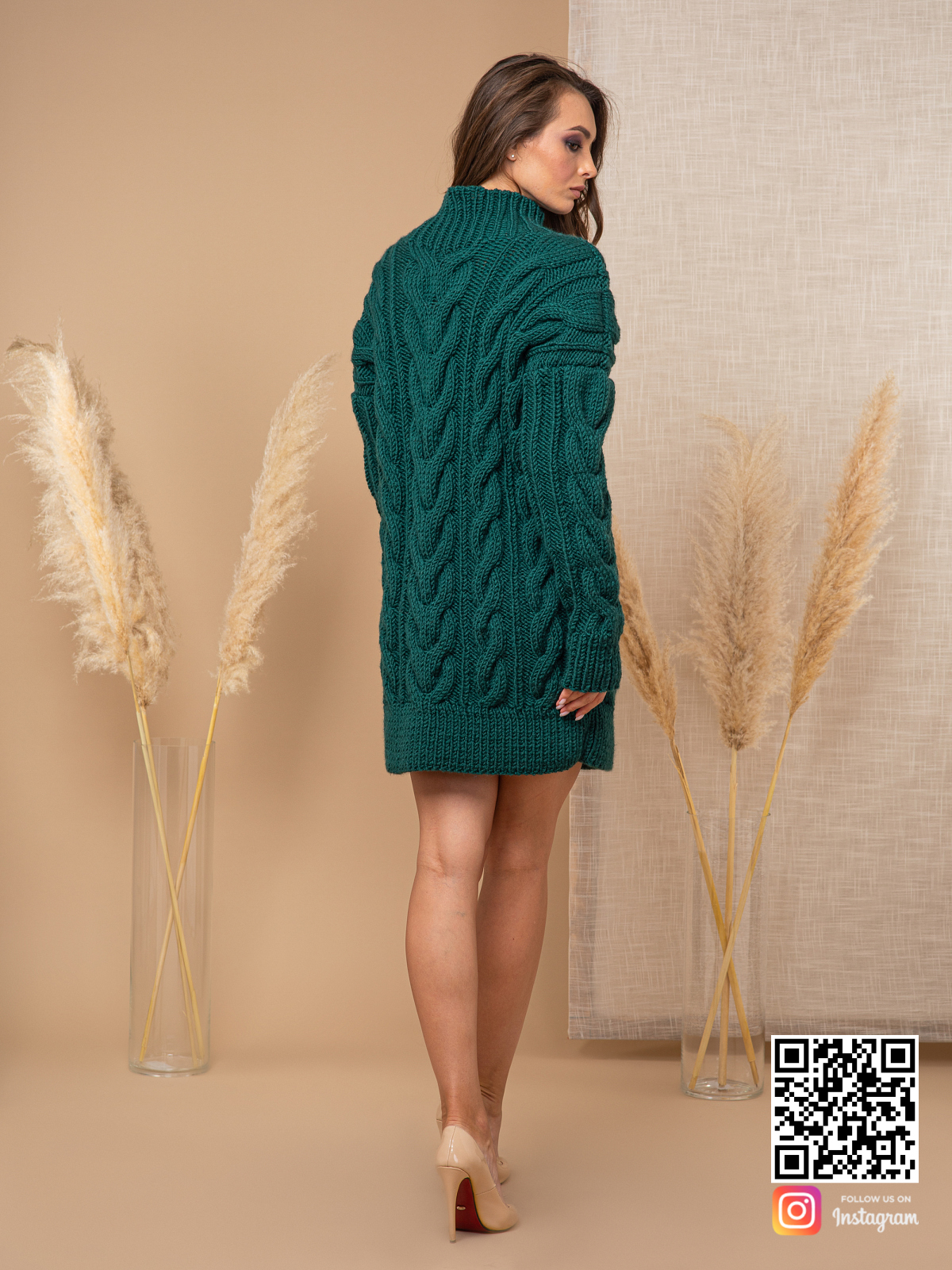 На четвертой фотографии женский свитер зеленого цвета со спины от Shapar, бренда вязаной одежды ручной работы в интернет-магазине связанных спицами вещей.