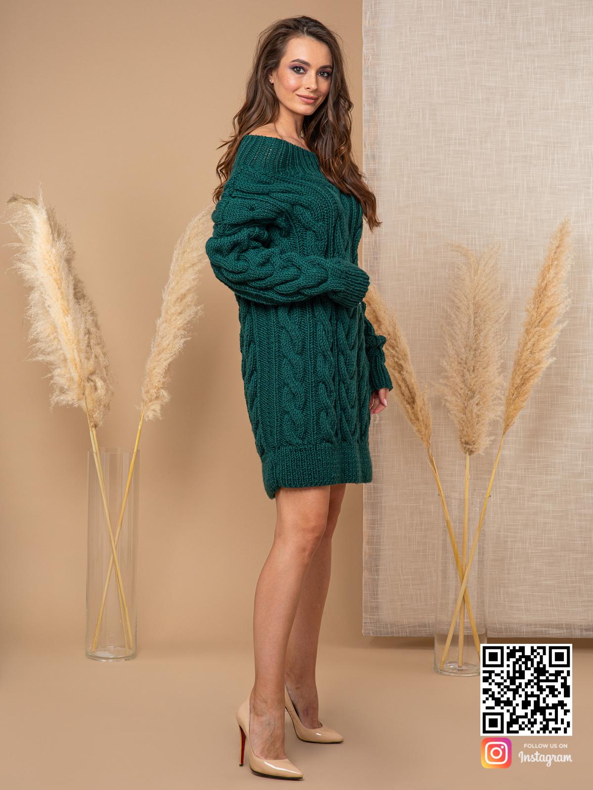 На второй фотографии женский свитер зеленого цвета со спущенным плечом от Shapar, бренда вязаной одежды ручной работы в интернет-магазине связанных спицами вещей.