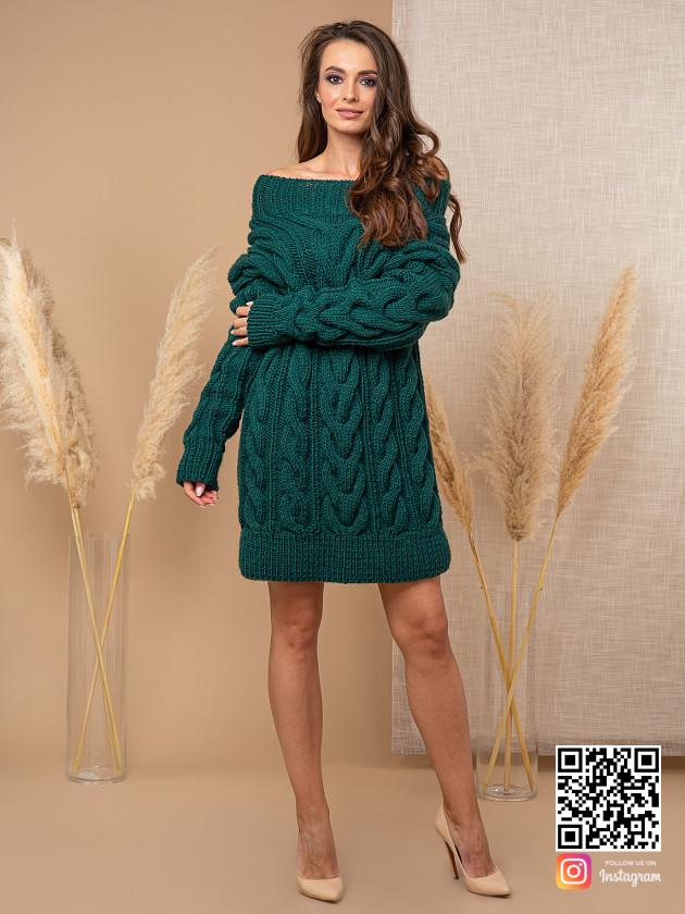 На фотографии женский свитер зеленого цвета от Shapar, бренда вязаной одежды ручной работы в интернет-магазине связанных спицами вещей.