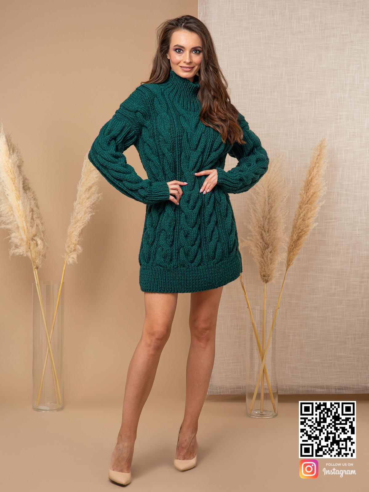 На пятой фотографии женский свитер зеленого цвета в косах от Shapar, бренда вязаной одежды ручной работы в интернет-магазине связанных спицами вещей.