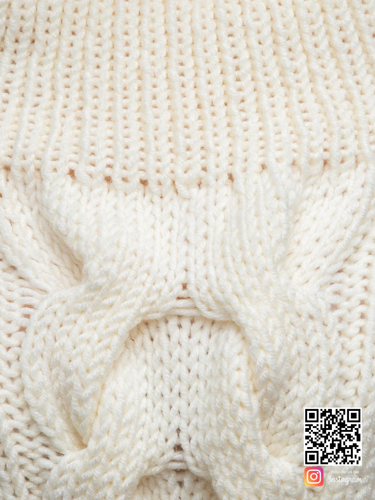 На третьей фотографии свитер женский спицами с косой крупным планом от Shapar, бренда вязаной одежды ручной работы в интернет-магазине связанных вещей.