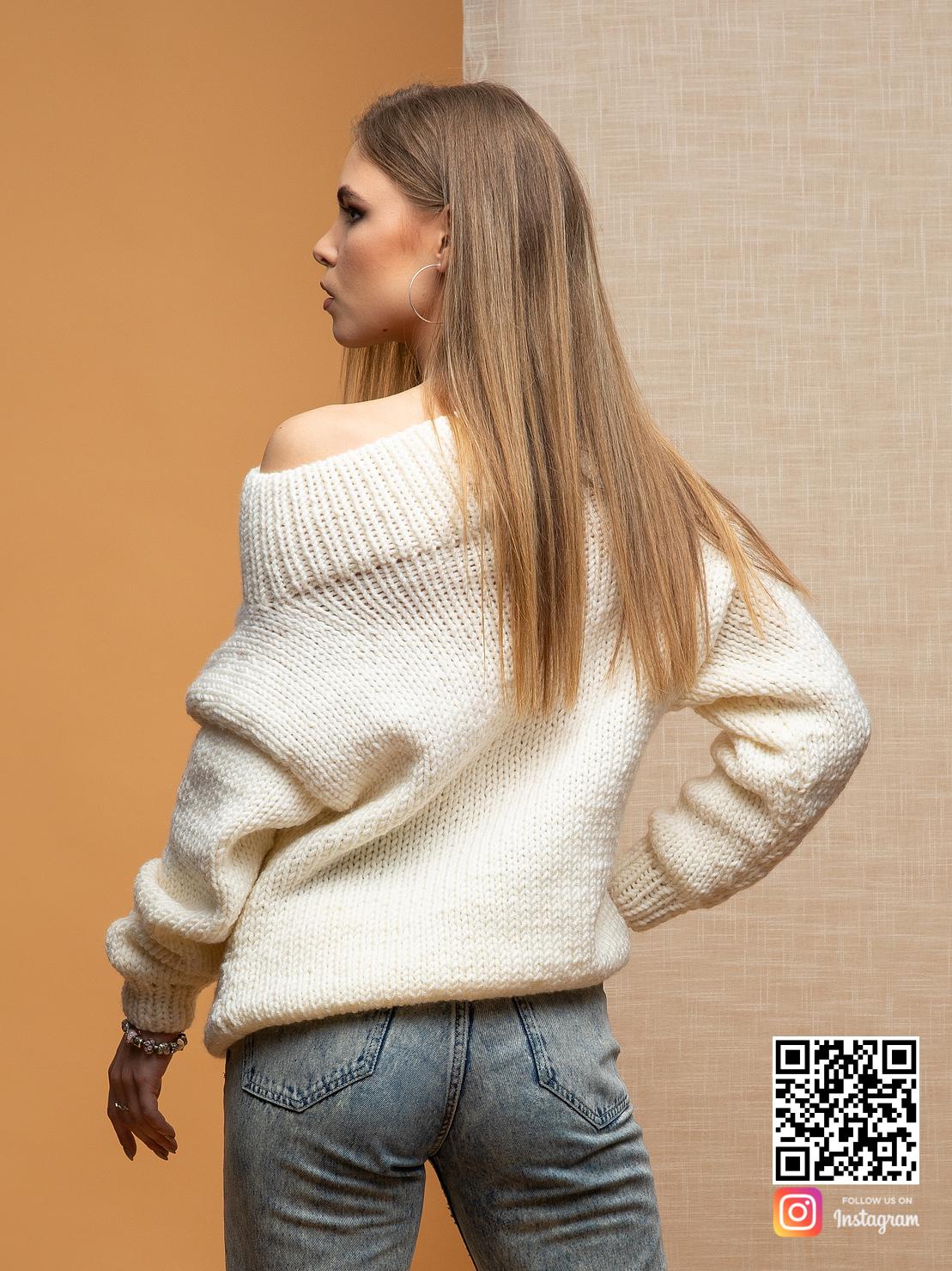 На второй фотографии свитер женский спицами с косой со спины от Shapar, бренда вязаной одежды ручной работы в интернет-магазине связанных вещей.