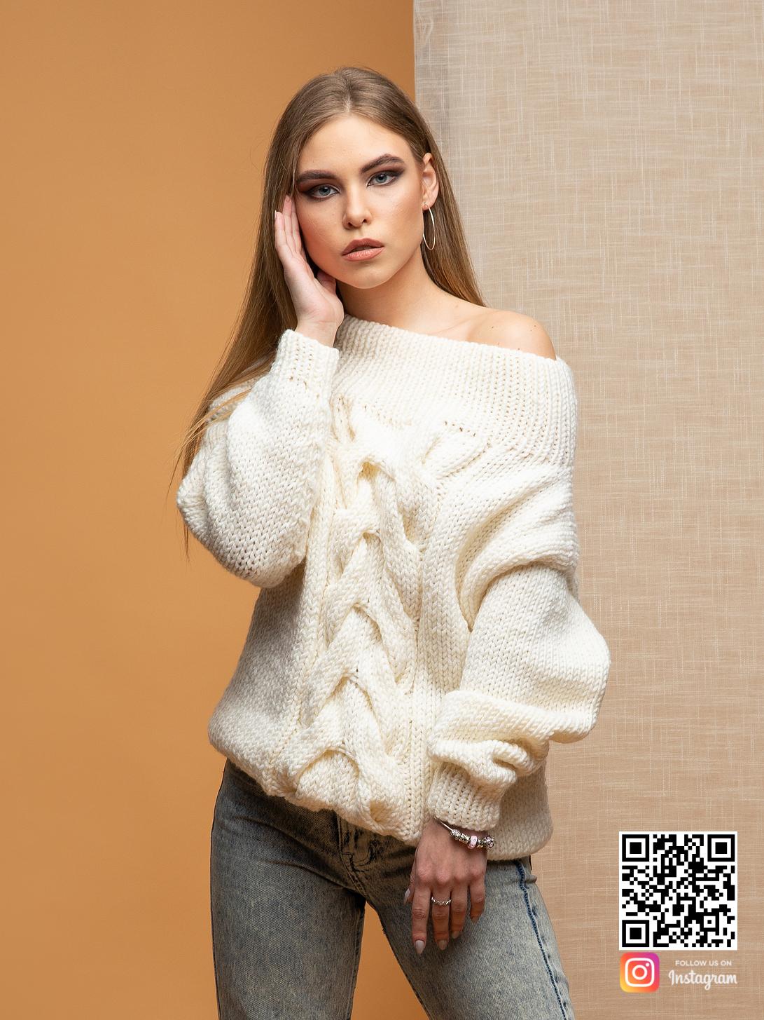 На фотографии свитер женский спицами с косой от Shapar, бренда вязаной одежды ручной работы в интернет-магазине связанных вещей.