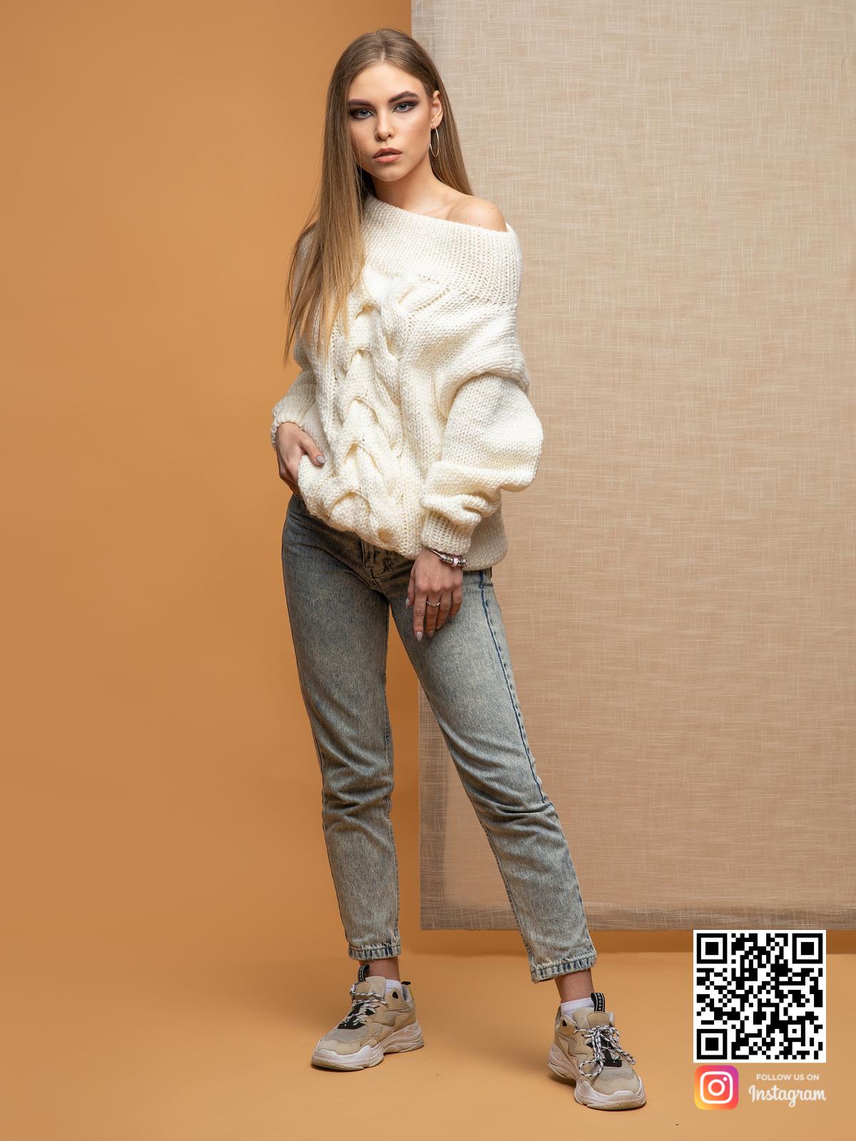 На четвертой фотографии свитер женский спицами с косой с открытыми плечами от Shapar, бренда вязаной одежды ручной работы в интернет-магазине связанных вещей.