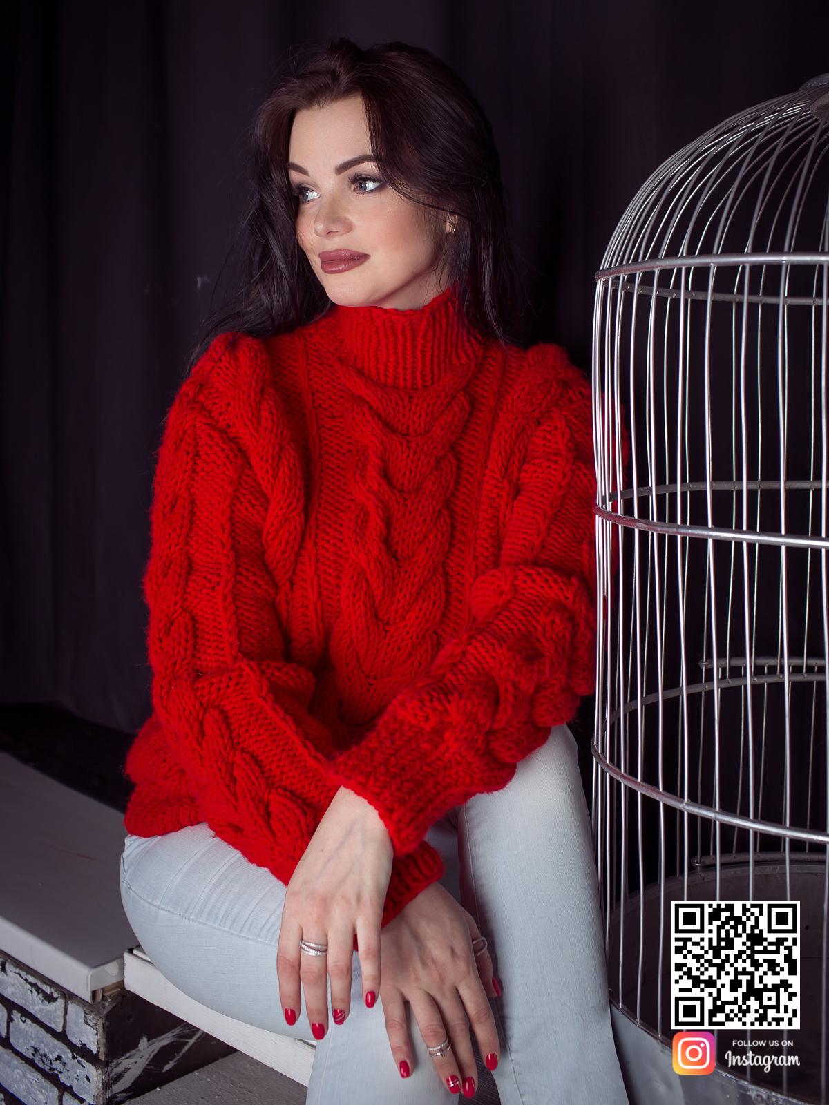 На фотографии женский связанный красный свитер в интернет-магазине Shapar, бренда вязаной одежды ручной работы.