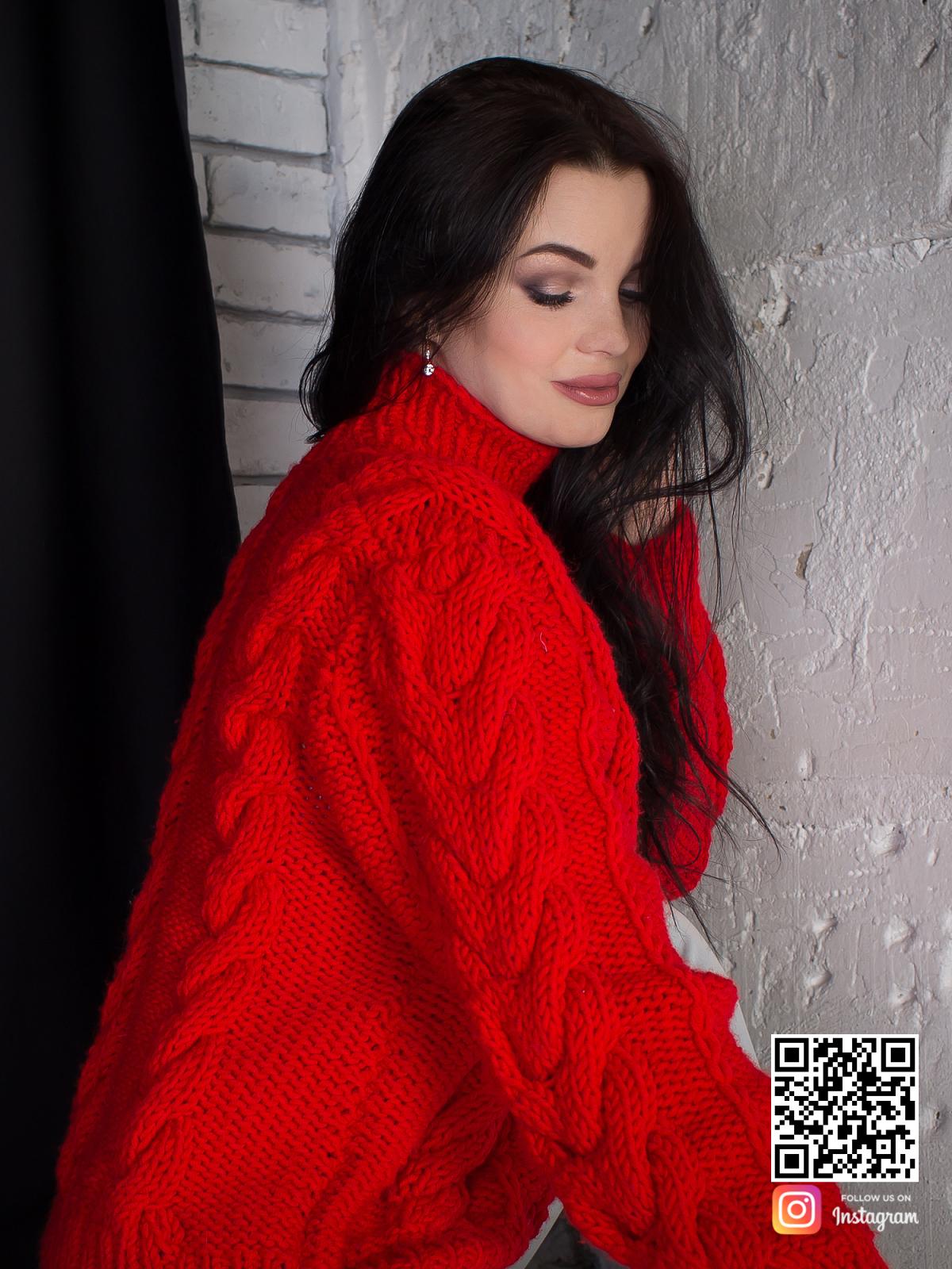 На второй фотографии связанный красный свитер со спины в интернет-магазине Shapar, бренда вязаной одежды ручной работы.