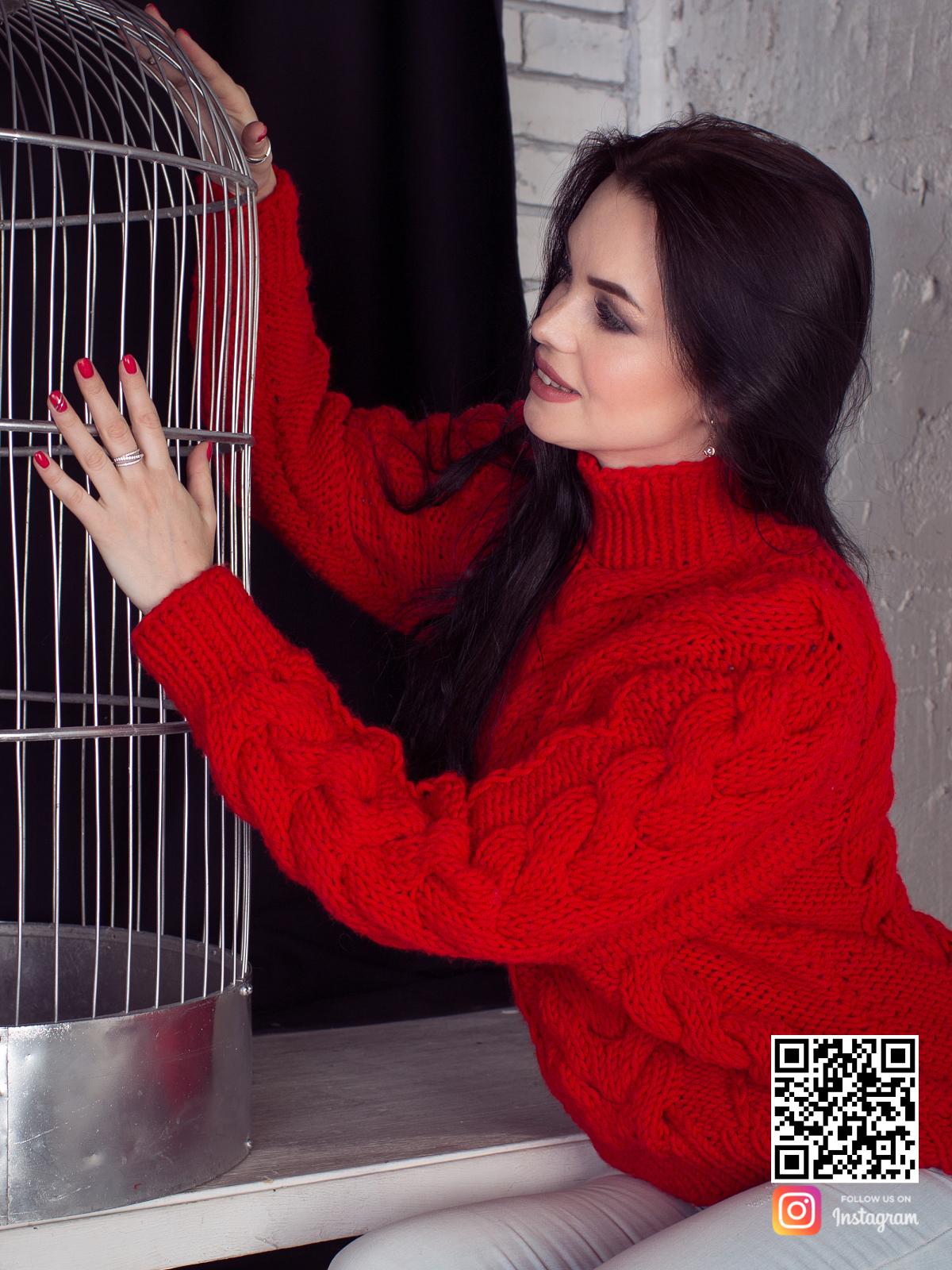 На пятой фотографии связанный красный свитер для девушек и женщин в интернет-магазине Shapar, бренда вязаной одежды ручной работы.