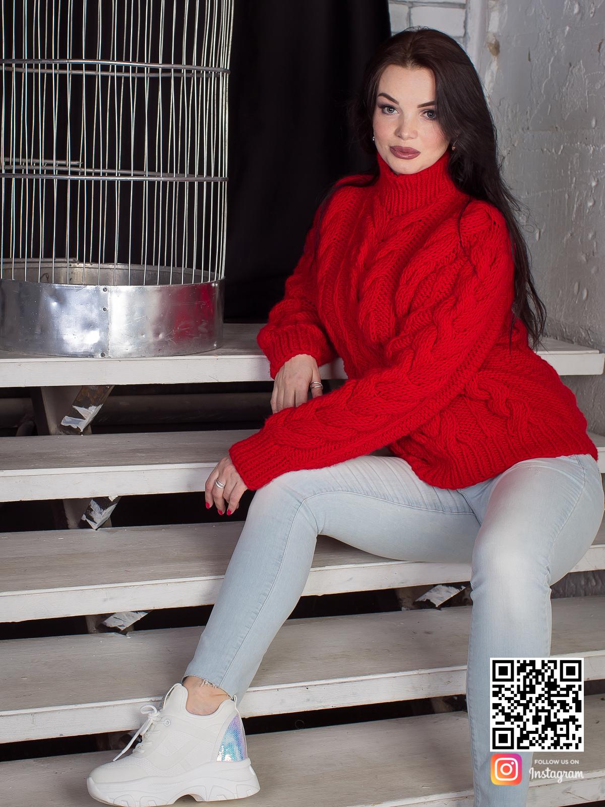 На третьей фотографии связанный красный свитер с воротником в интернет-магазине Shapar, бренда вязаной одежды ручной работы.
