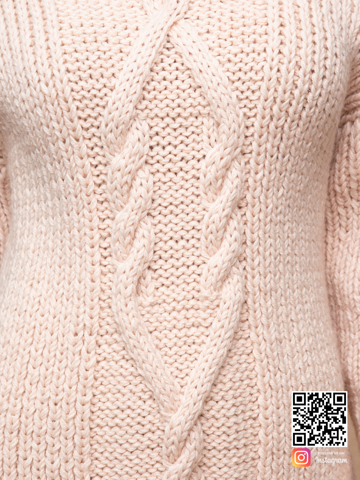 На шестой фотографии теплое бежевое платье крупным планом от Shapar, бренда вязаной одежды ручной работы в интернет-магазине связанных спицами вещей.