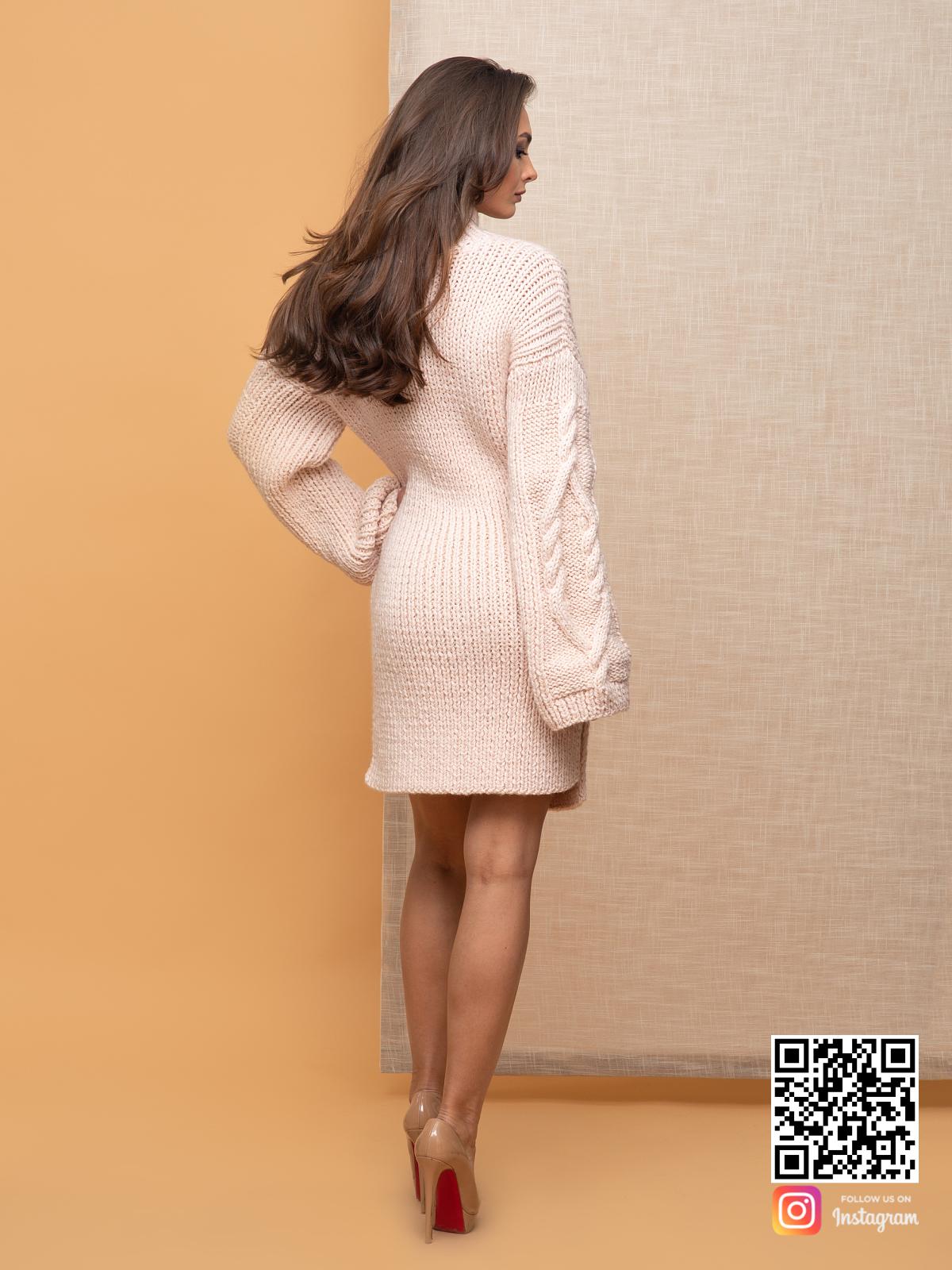 На пятой фотографии теплое бежевое платье в длине миди для женщин от Shapar, бренда вязаной одежды ручной работы в интернет-магазине связанных спицами вещей.