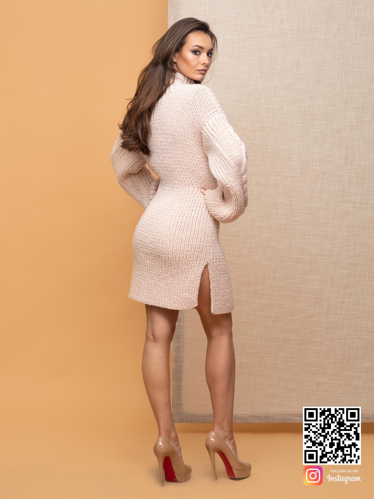 На второй фотографии теплое бежевое платье со спины от Shapar, бренда вязаной одежды ручной работы в интернет-магазине связанных спицами вещей.