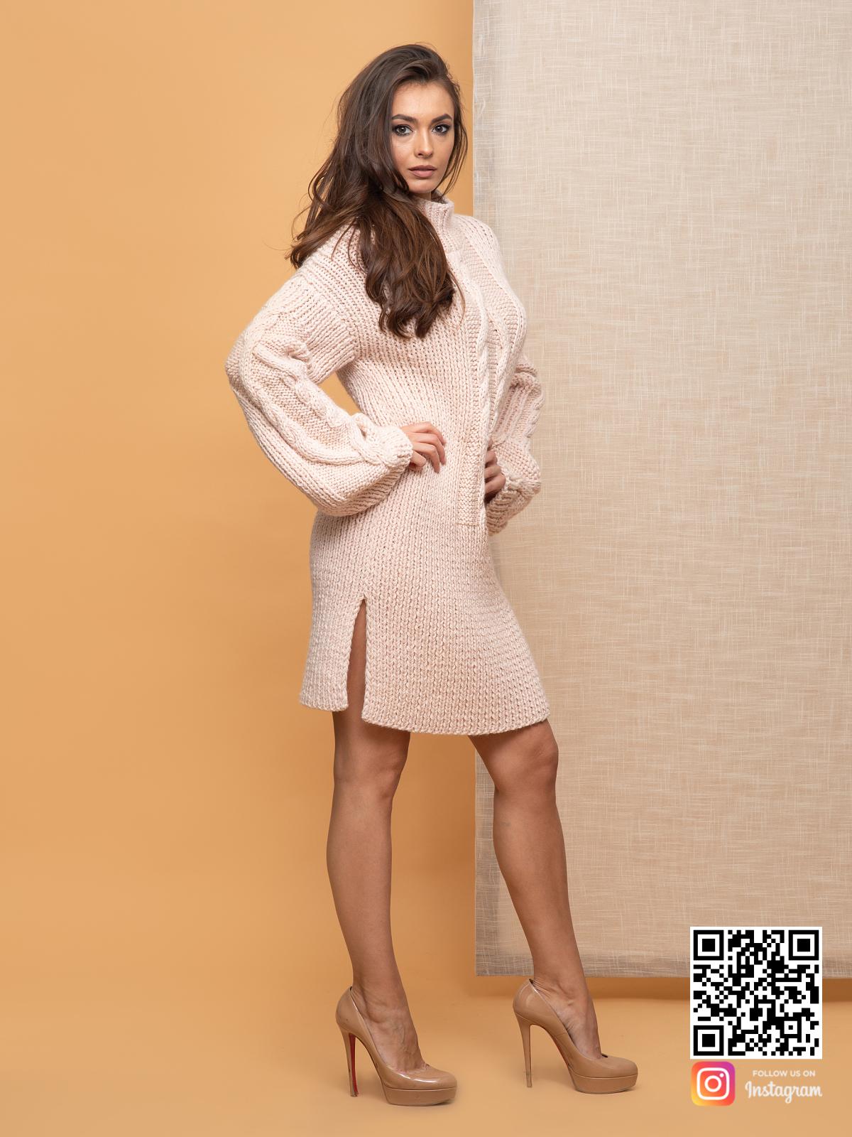 На третьей фотографии женское теплое бежевое платье с косой по центру от Shapar, бренда вязаной одежды ручной работы в интернет-магазине связанных спицами вещей.