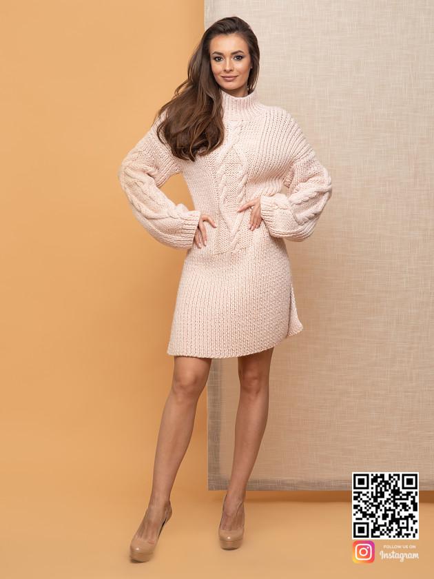 На фотографии теплое бежевое платье от Shapar, бренда вязаной одежды ручной работы в интернет-магазине связанных спицами вещей.