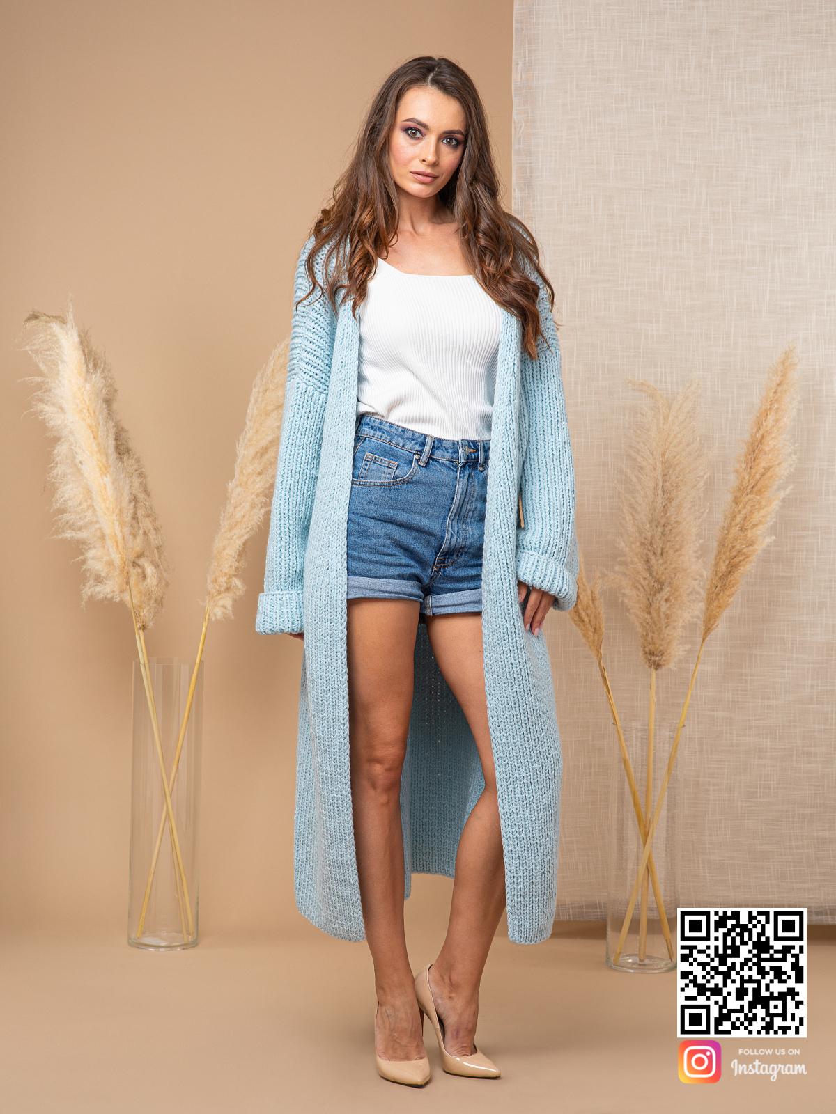 На пятой фотографии элегантный теплый кардиган для девушек и женщин от Shapar, бренда вязаной одежды ручной работы в интернет-магазине связанных спицами вещей.