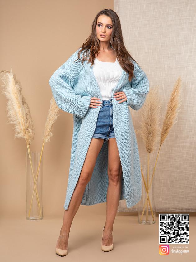 На фотографии теплый кардиган женский от Shapar, бренда вязаной одежды ручной работы в интернет-магазине связанных спицами вещей.
