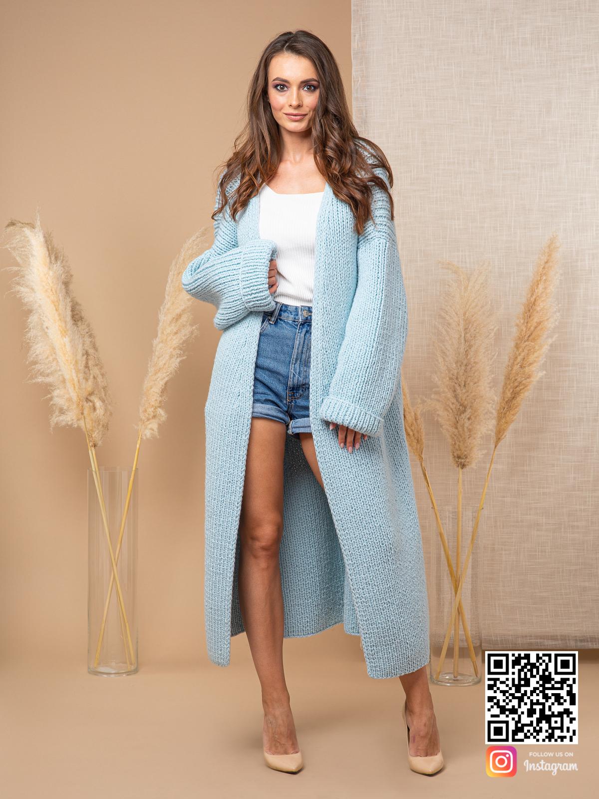 На четвертой фотографии теплый кардиган женский голубого цвета от Shapar, бренда вязаной одежды ручной работы в интернет-магазине связанных спицами вещей.
