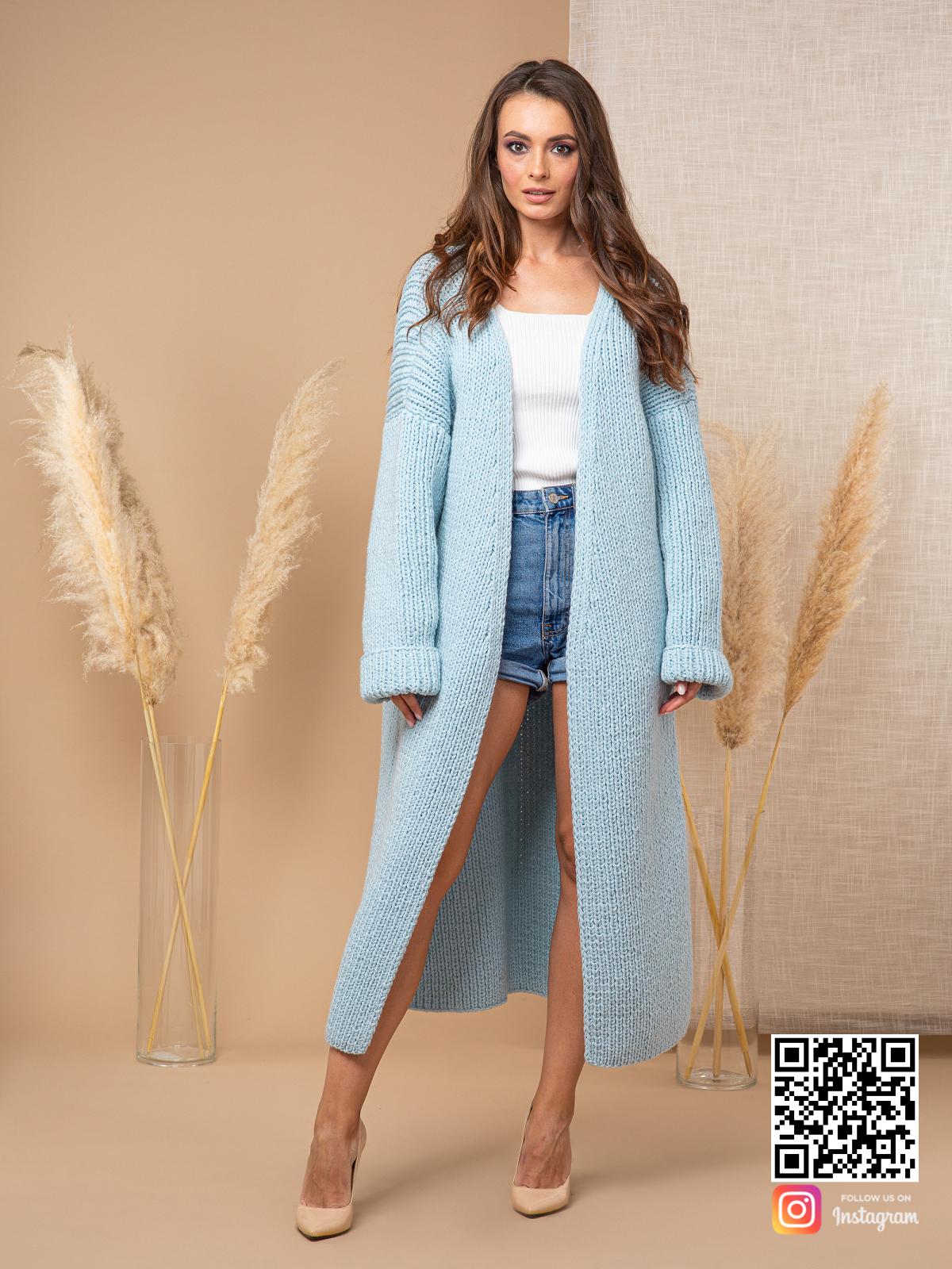 На третьей фотографии длинный теплый кардиган женский от Shapar, бренда вязаной одежды ручной работы в интернет-магазине связанных спицами вещей.