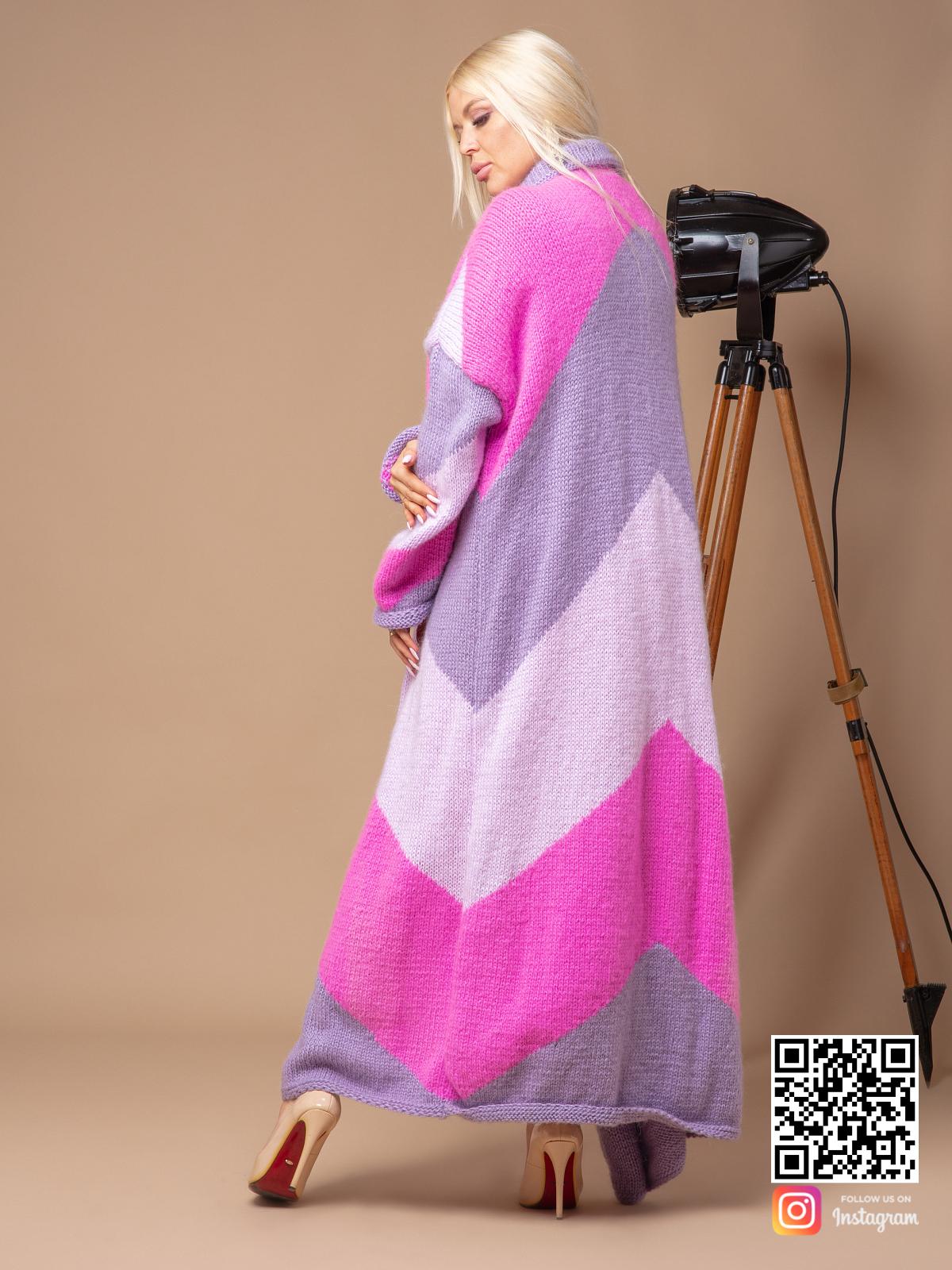 На второй фотографии трехцветный кардиган со спины от Shapar, бренда вязаной одежды ручной работы в интернет-магазине связанных спицами вещей.