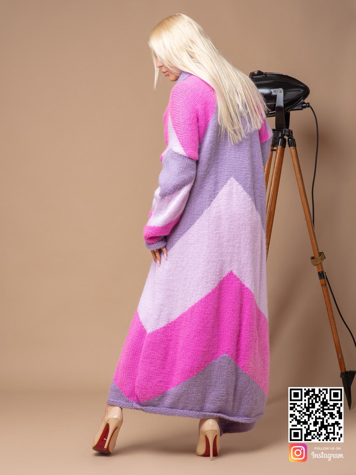 На пятой фотографии длинный трехцветный кардиган от Shapar, бренда вязаной одежды ручной работы в интернет-магазине связанных спицами вещей.