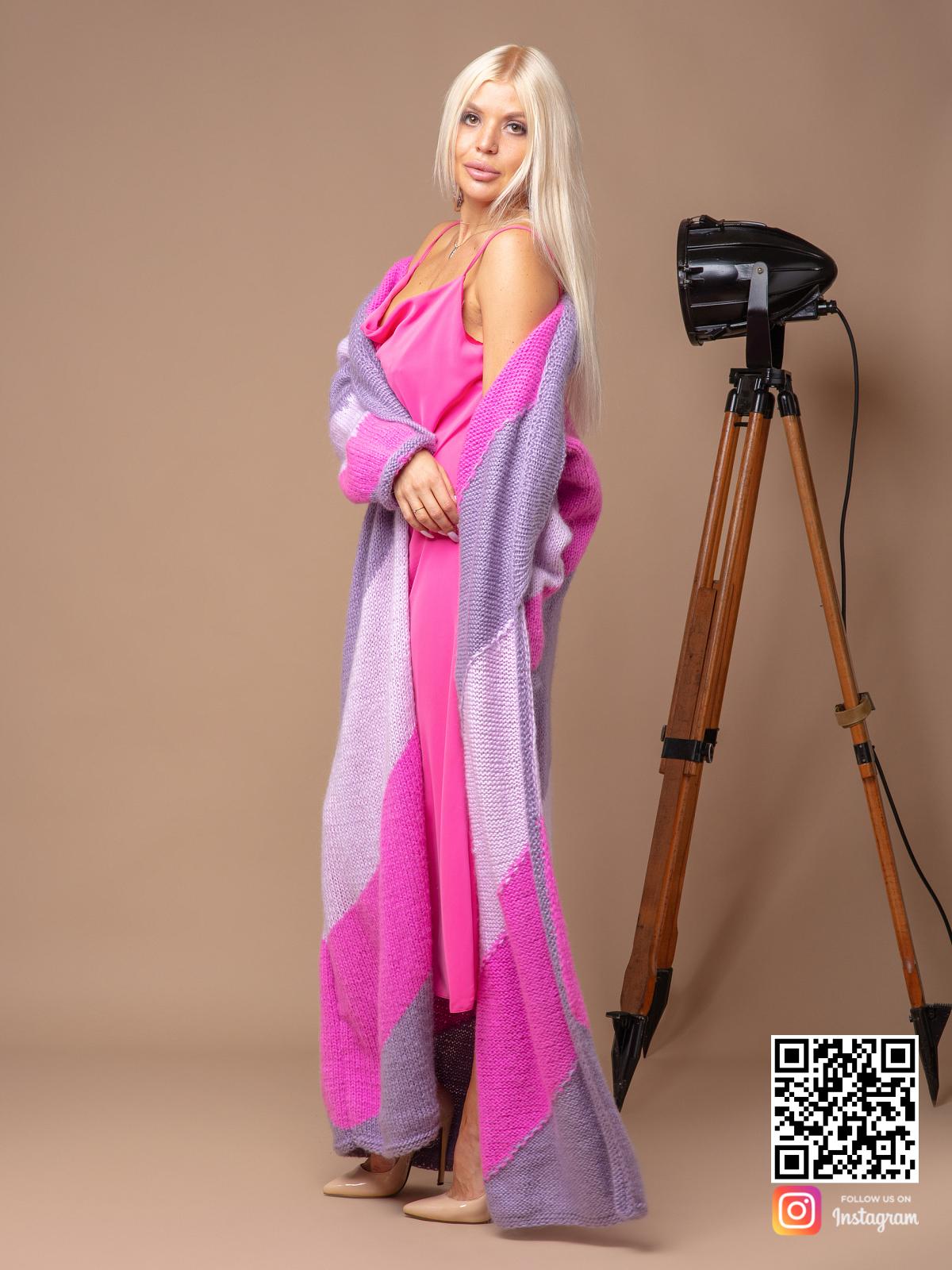 На третьей фотографии трехцветный кардиган с орнментом от Shapar, бренда вязаной одежды ручной работы в интернет-магазине связанных спицами вещей.