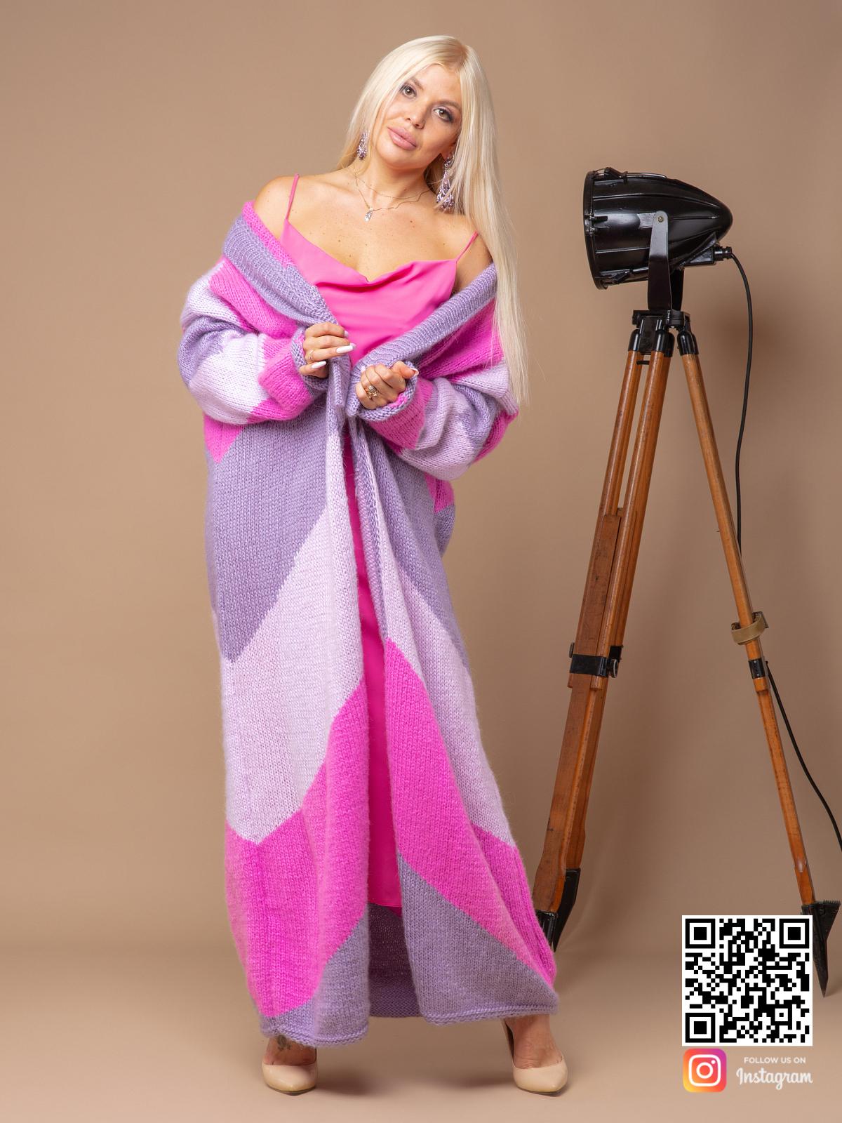 На четвертой фотографии женский трехцветный кардиган от Shapar, бренда вязаной одежды ручной работы в интернет-магазине связанных спицами вещей.