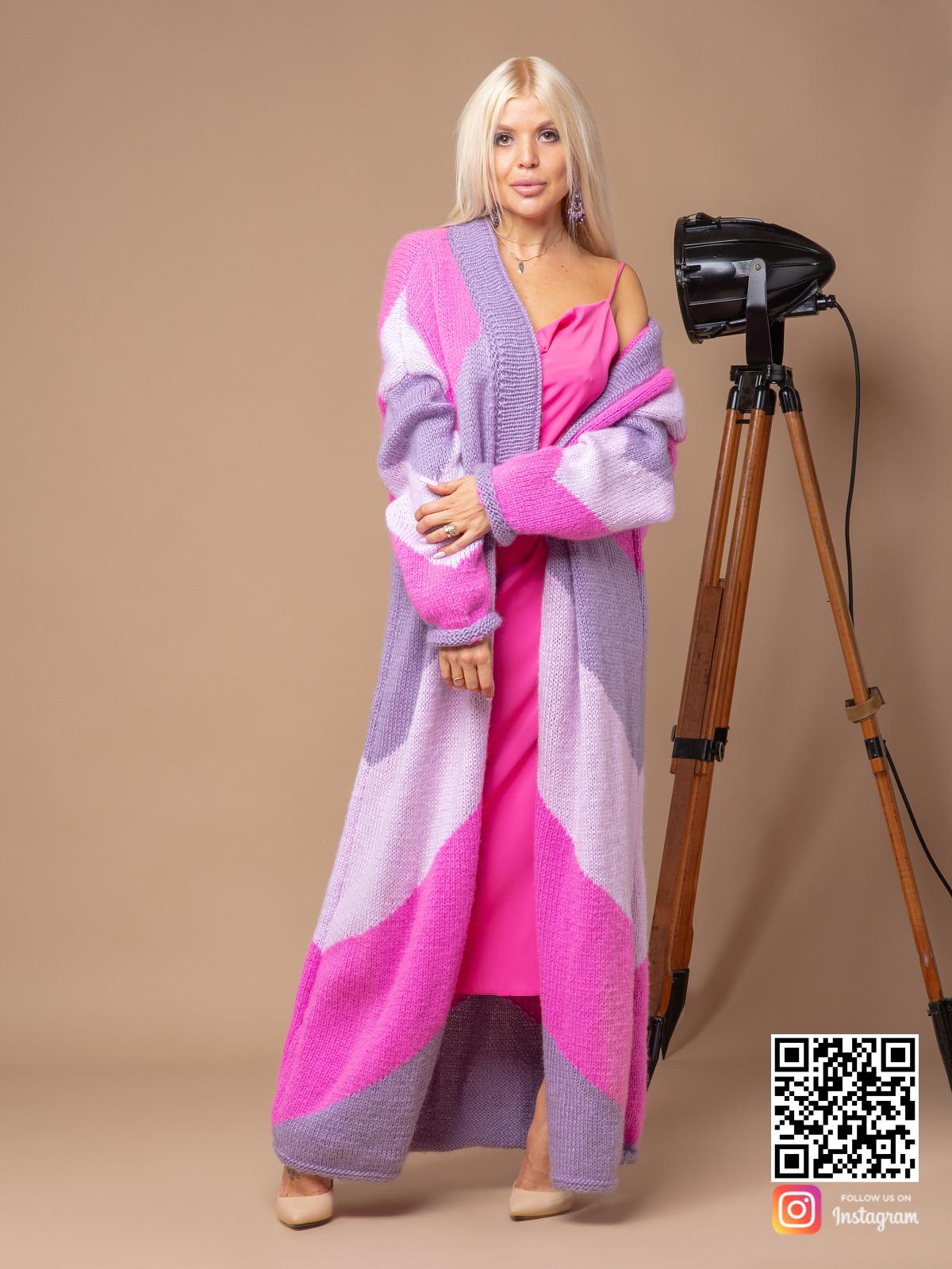 На фотографии трехцветный кардиган от Shapar, бренда вязаной одежды ручной работы в интернет-магазине связанных спицами вещей.