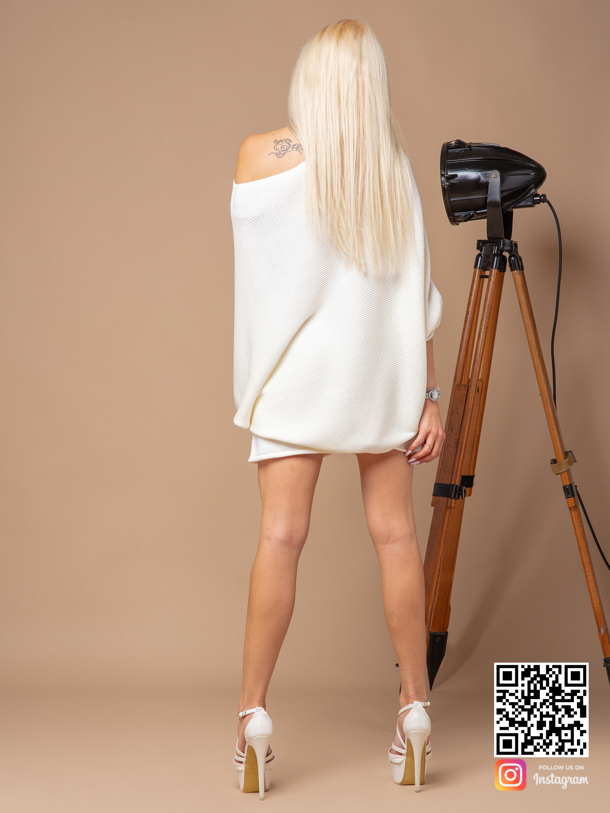 На второй фотографии женский трикотажный костюм с шортами со спины от Shapar, бренда вязаной одежды ручной работы в интернет-магазине связанных спицами вещей.