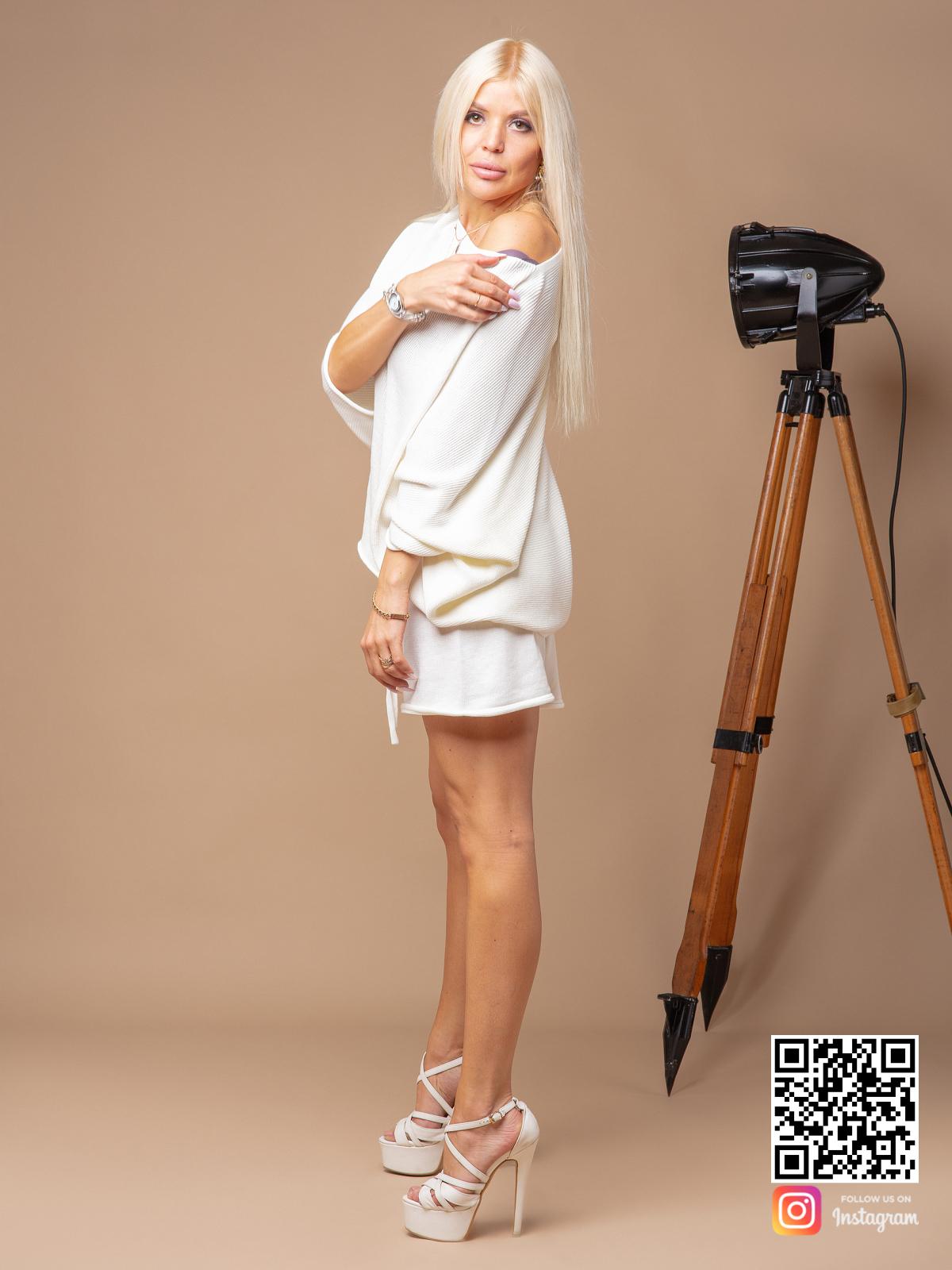 На третьей фотографии женский трикотажный костюм с шортами со спущенным плечом от Shapar, бренда вязаной одежды ручной работы в интернет-магазине связанных спицами вещей.