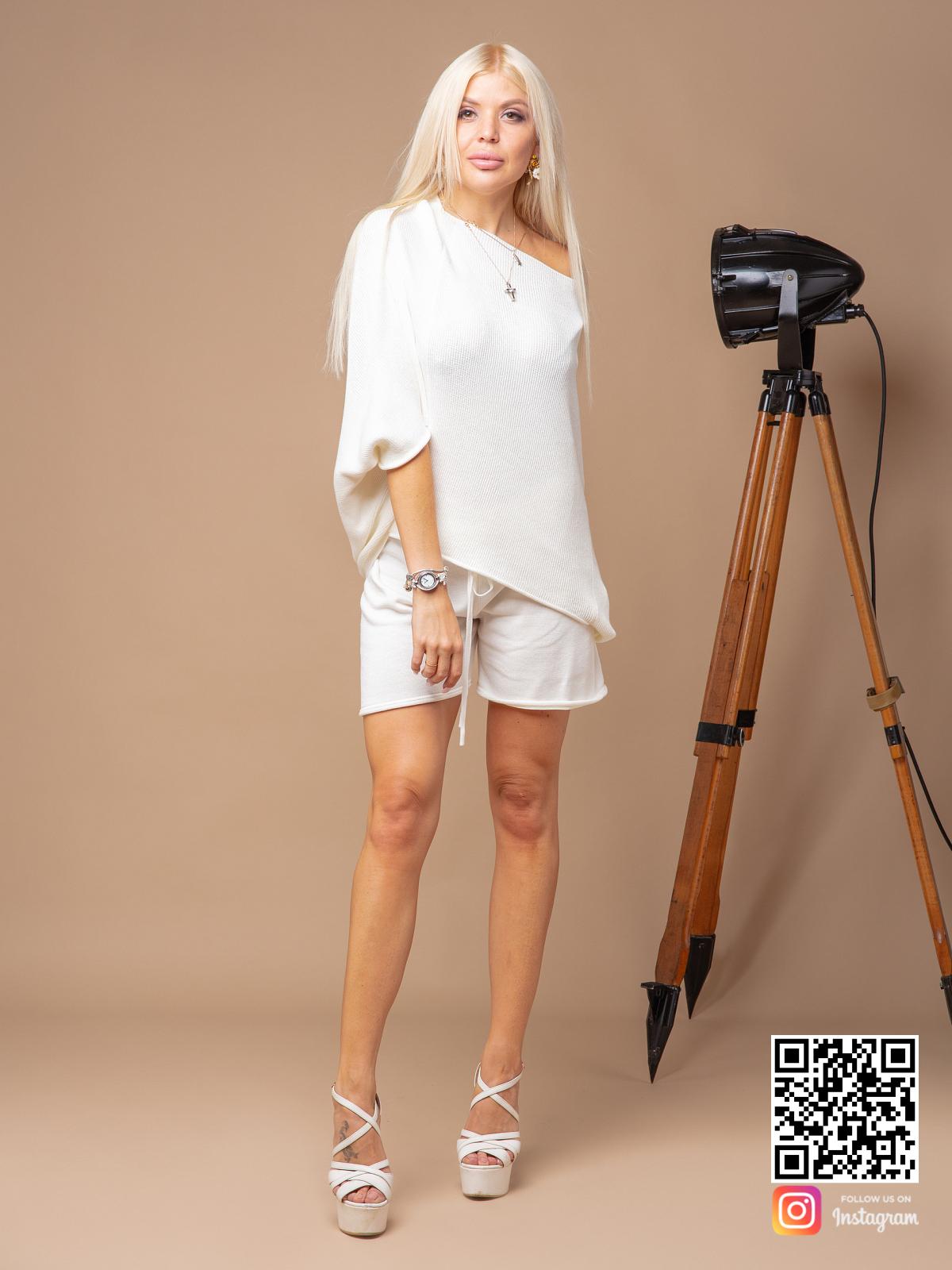 На четвертой фотографии женский трикотажный костюм с шортами белого цвета от Shapar, бренда вязаной одежды ручной работы в интернет-магазине связанных спицами вещей.