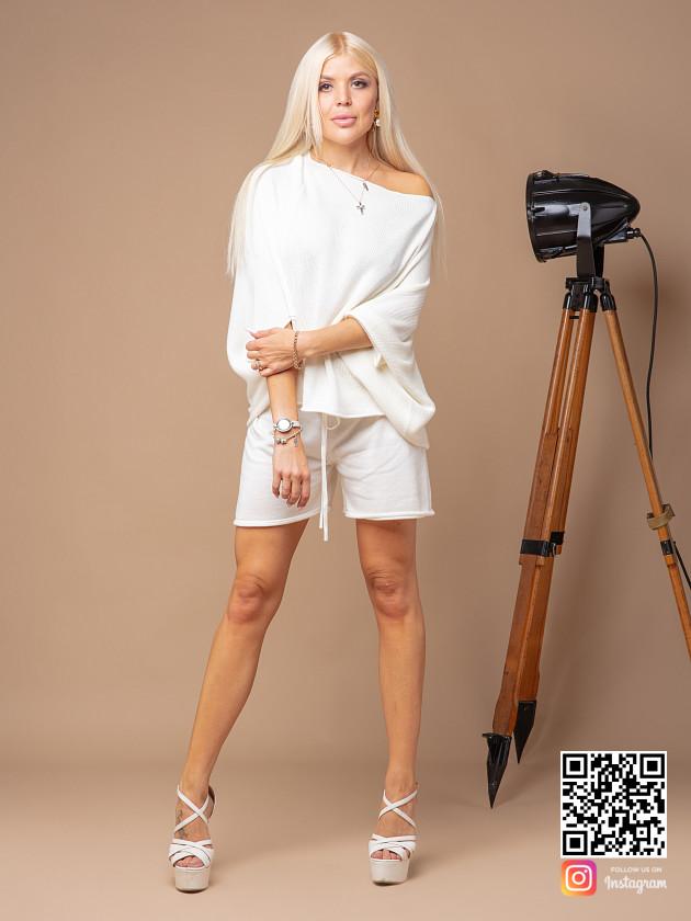 На фотографии женский трикотажный костюм с шортами от Shapar, бренда вязаной одежды ручной работы в интернет-магазине связанных спицами вещей.