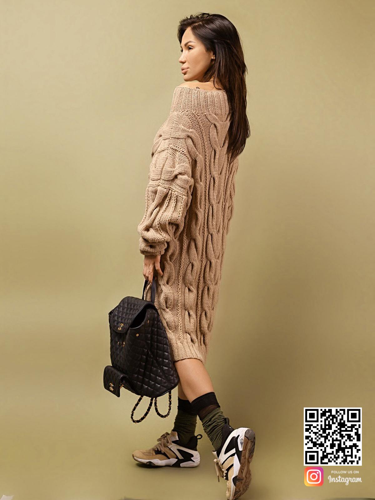 На второй фотографии женский удлиненный свитер со спины от Shapar, бренда вязаной одежды ручной работы в интернет-магазине связанных спицами вещей.