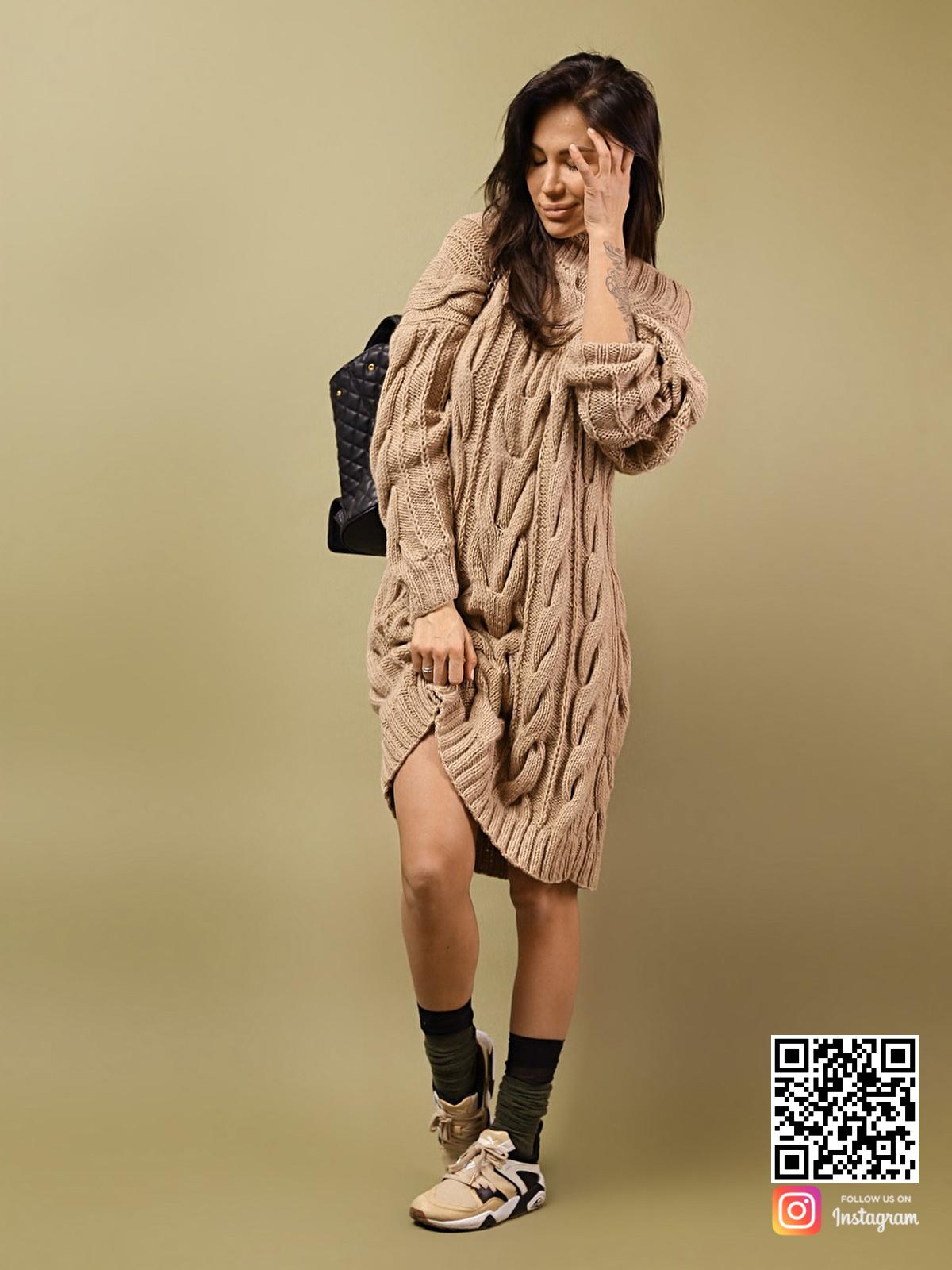 На фотографии женский удлиненный свитер от Shapar, бренда вязаной одежды ручной работы в интернет-магазине связанных спицами вещей.