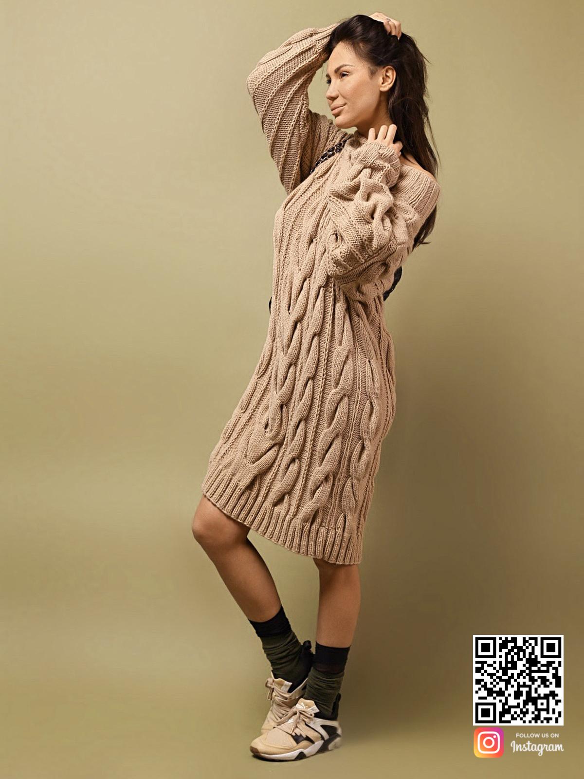 На третьей фотографии женский удлиненный свитер с открытыми плечами от Shapar, бренда вязаной одежды ручной работы в интернет-магазине связанных спицами вещей.