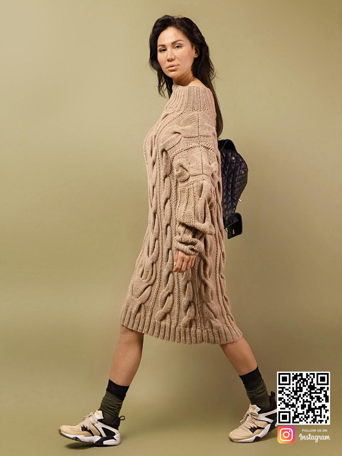 На пятой фотографии женский удлиненный свитер коричневого цвета от Shapar, бренда вязаной одежды ручной работы в интернет-магазине связанных спицами вещей.