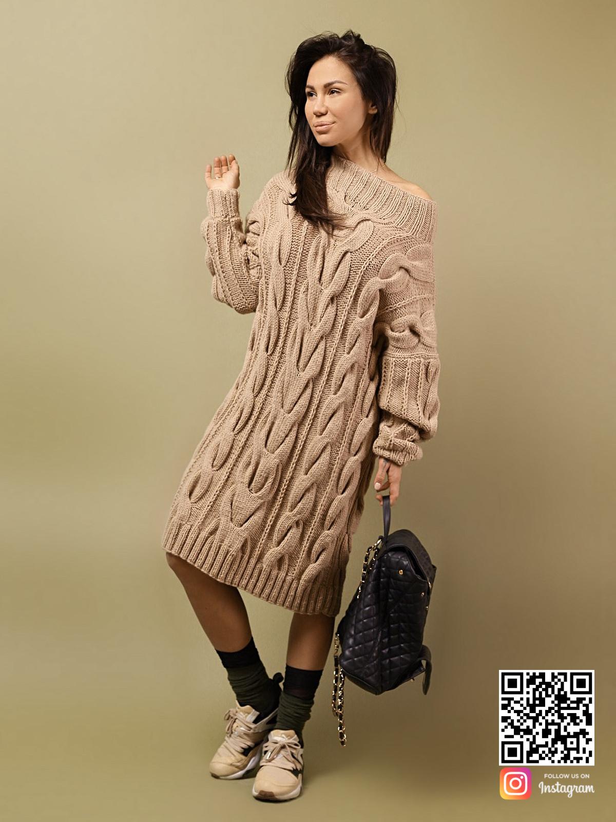 На четвертой фотографии женский удлиненный свитер на одно плечо от Shapar, бренда вязаной одежды ручной работы в интернет-магазине связанных спицами вещей.
