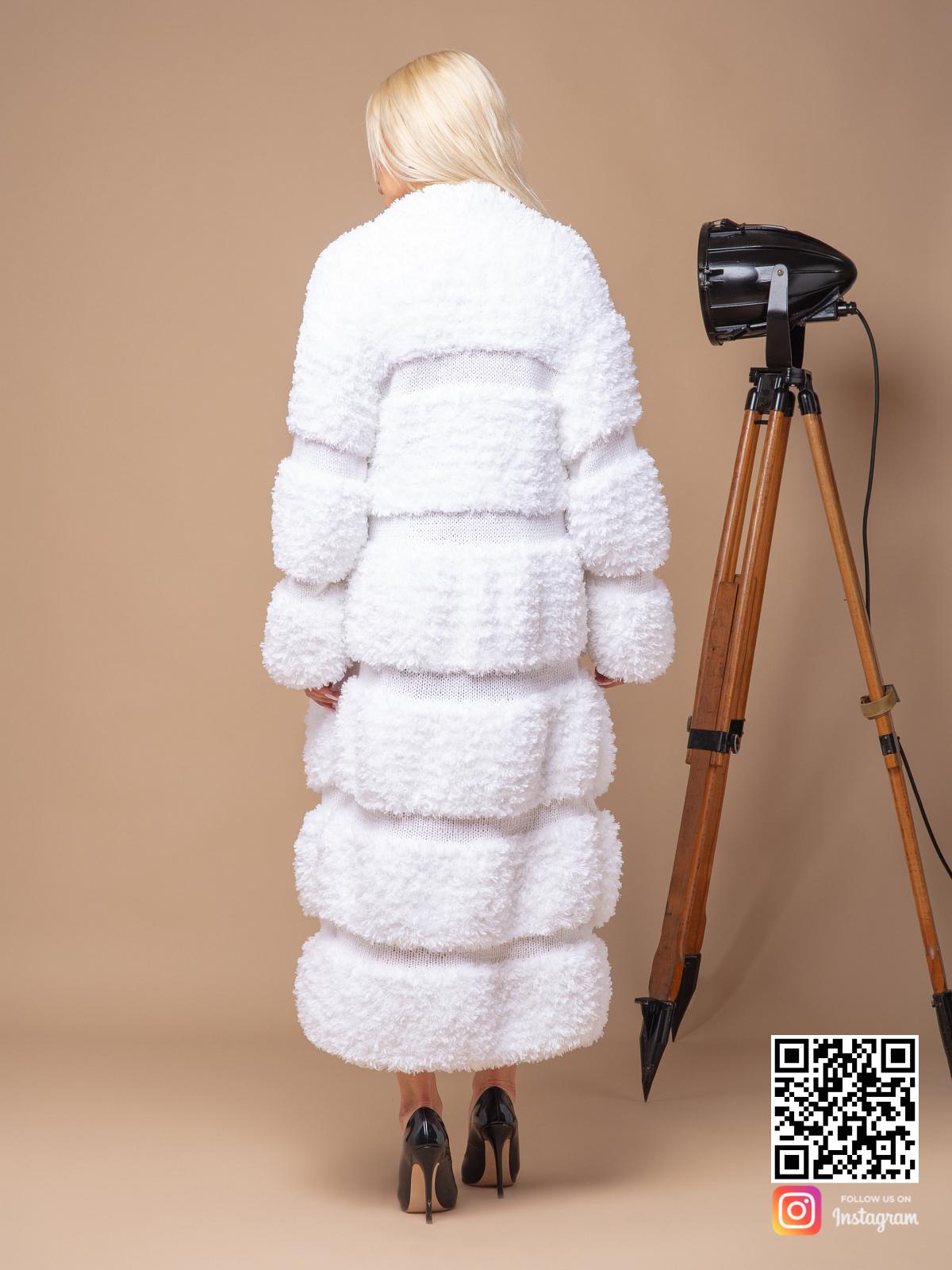 На шестой фотографии теплая вязаная шуба белая от Shapar, бренда женской одежды ручной работы в интернет-магазине связанных спицами вещей.