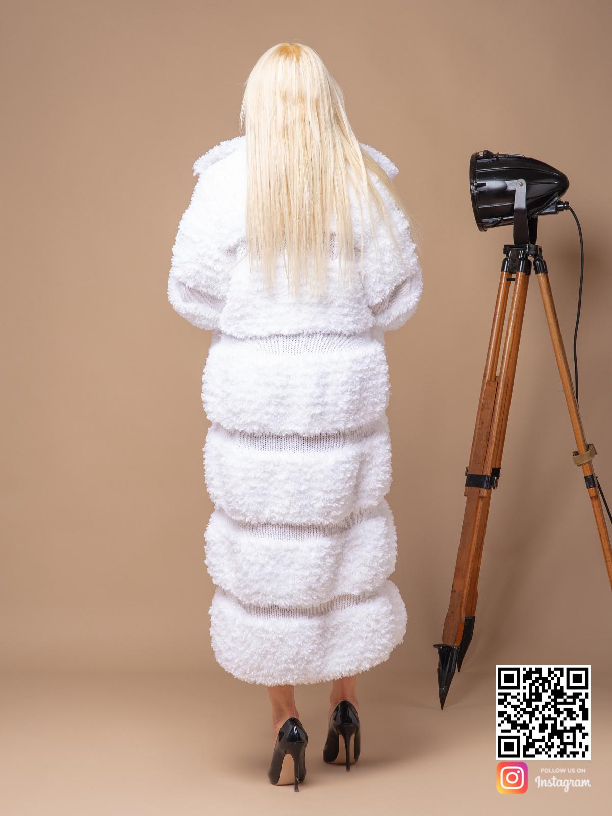 На второй фотографии вязаная шуба белая со спины от Shapar, бренда женской одежды ручной работы в интернет-магазине связанных спицами вещей.