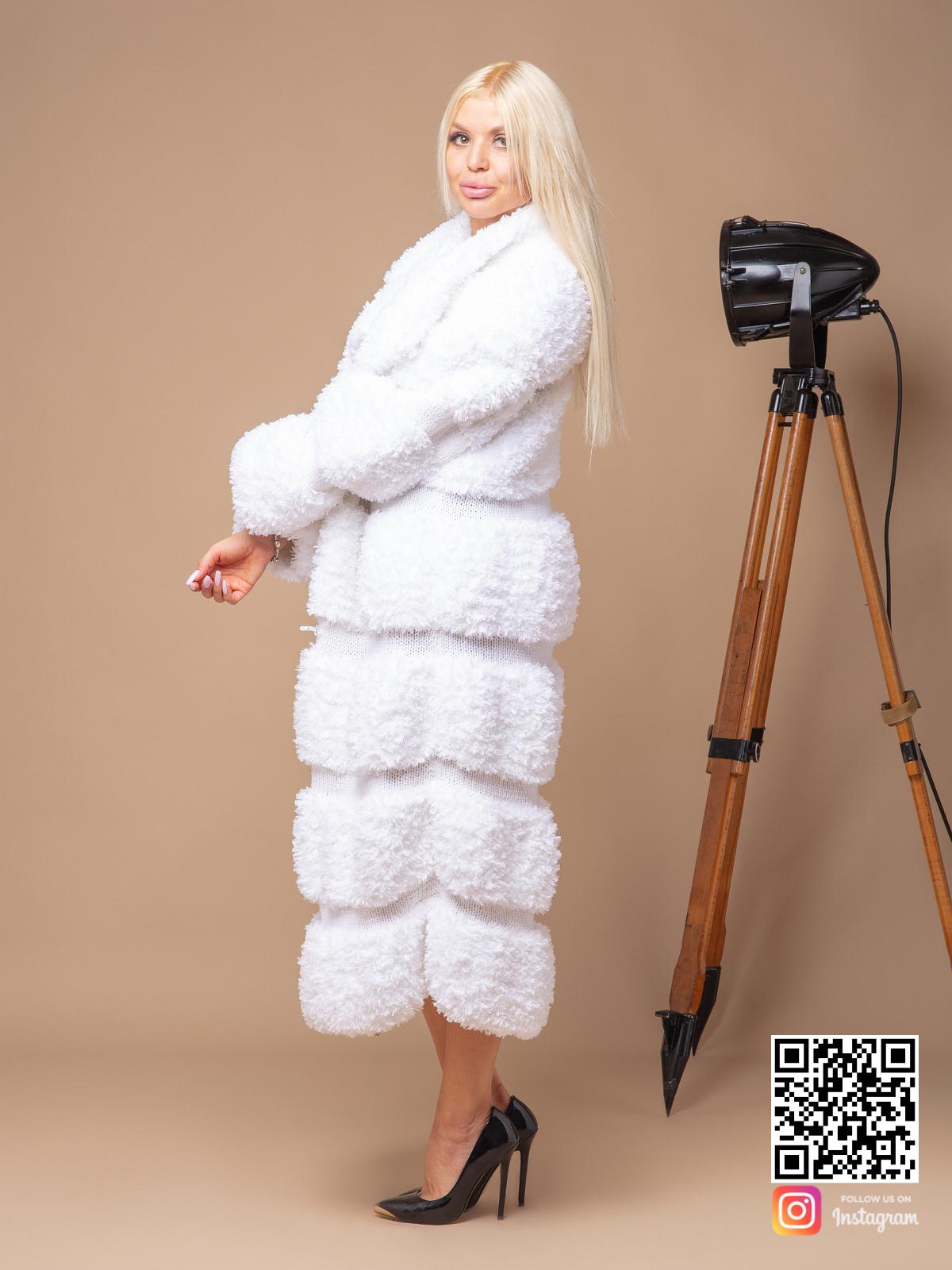 На пятой фотографии роскошная вязаная шуба белая от Shapar, бренда женской одежды ручной работы в интернет-магазине связанных спицами вещей.