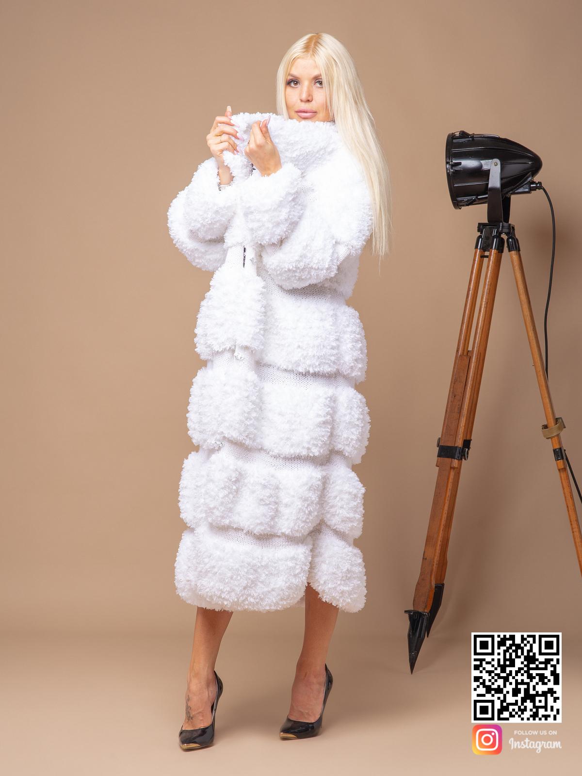 На четвертой фотографии длинная вязаная шуба белая от Shapar, бренда женской одежды ручной работы в интернет-магазине связанных спицами вещей.
