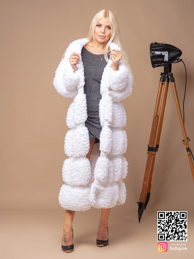 На фотографии вязаная шуба белая от Shapar, бренда женской одежды ручной работы в интернет-магазине связанных спицами вещей.
