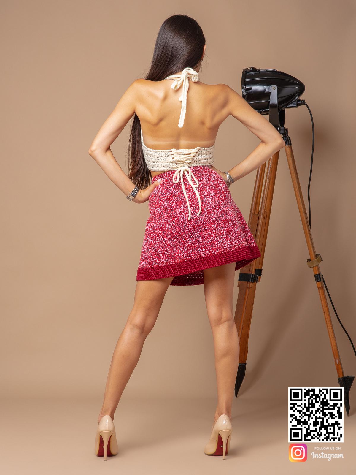 На второй фотографии вязаная юбка крючком со спины от Shapar, бренда женской одежды ручной работы в интернет-магазине связанных спицами вещей.